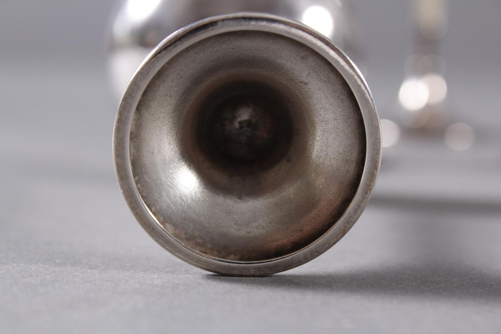 Los 1500 - 6 Britanniametall-Likörschalen, WMF um 1910Innenwandung vergoldet, Schaft aus Elfenbein. Sehr