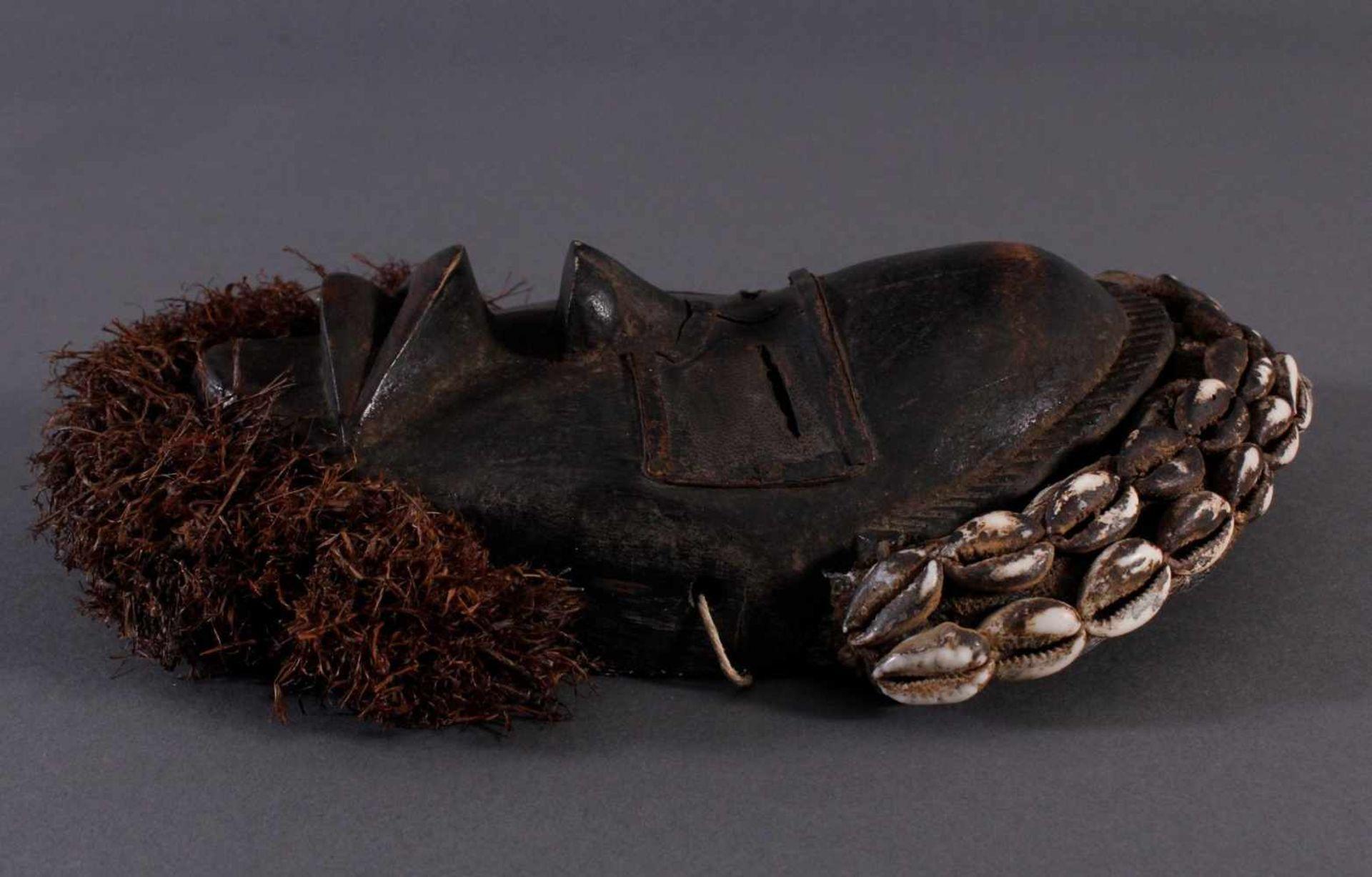 Antike Maske der Dan, Liberia 1. Hälfte 20. Jh.Holz geschnitzt, dunkle Patina, Stoff Haar mit - Bild 3 aus 4