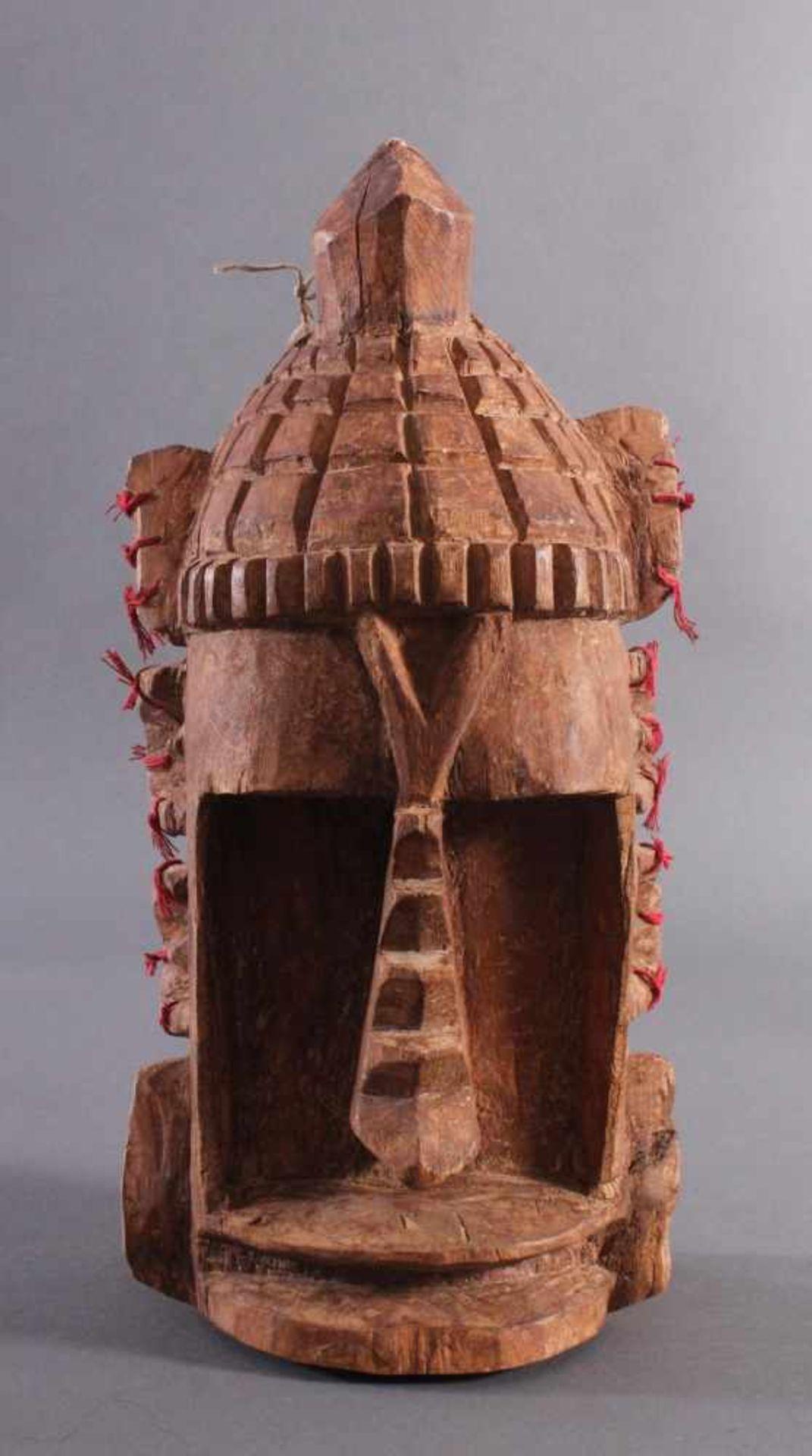 Antike Wandmaske, Mambila Kamerun 1. Hälfte 20. Jh.Helles Holz, geschnitzt, verziert mit roten