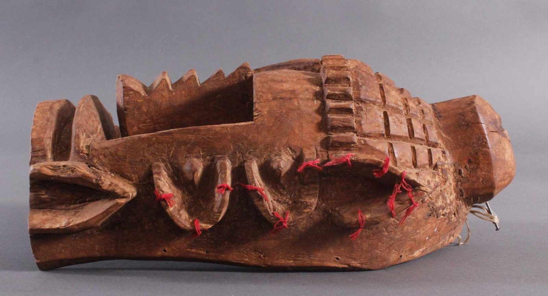 Antike Wandmaske, Mambila Kamerun 1. Hälfte 20. Jh.Helles Holz, geschnitzt, verziert mit roten - Bild 3 aus 6