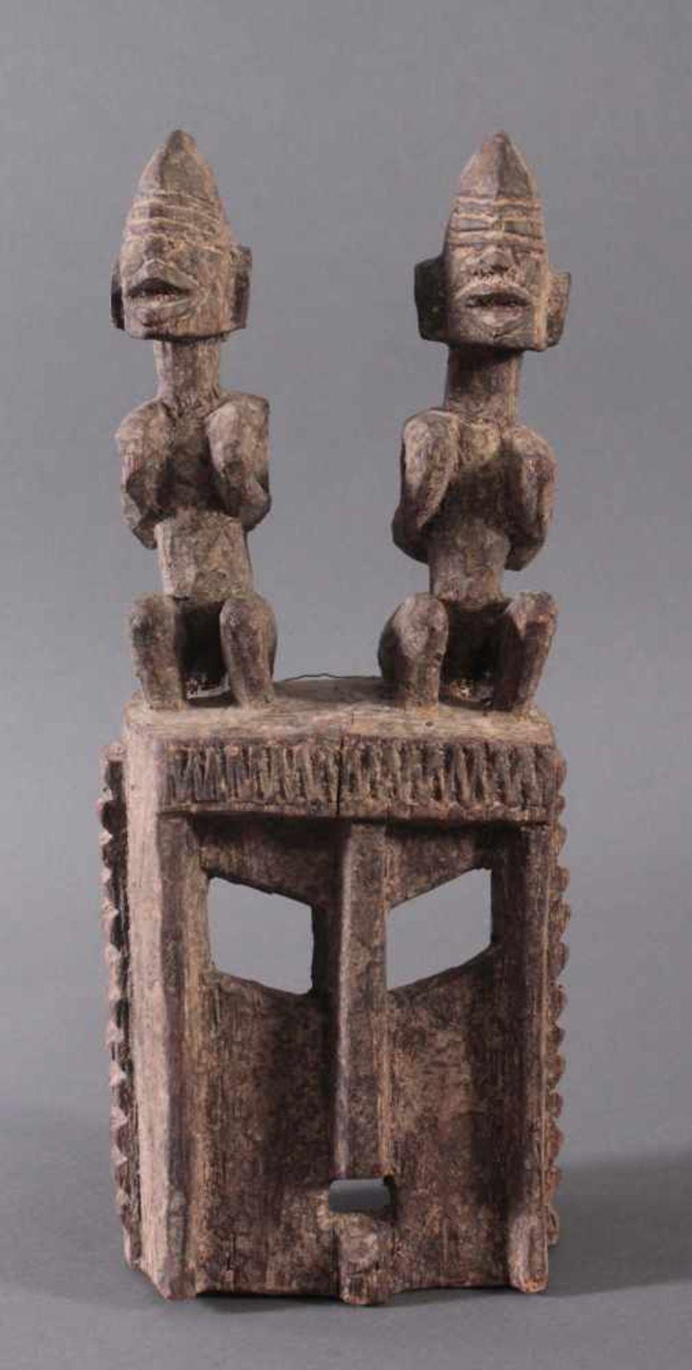 Antike Maske, Dogon, Mali, 1. Hälfte 20. Jh.Hartholz geschnitzt. Als Aufsatz zwei sitzende