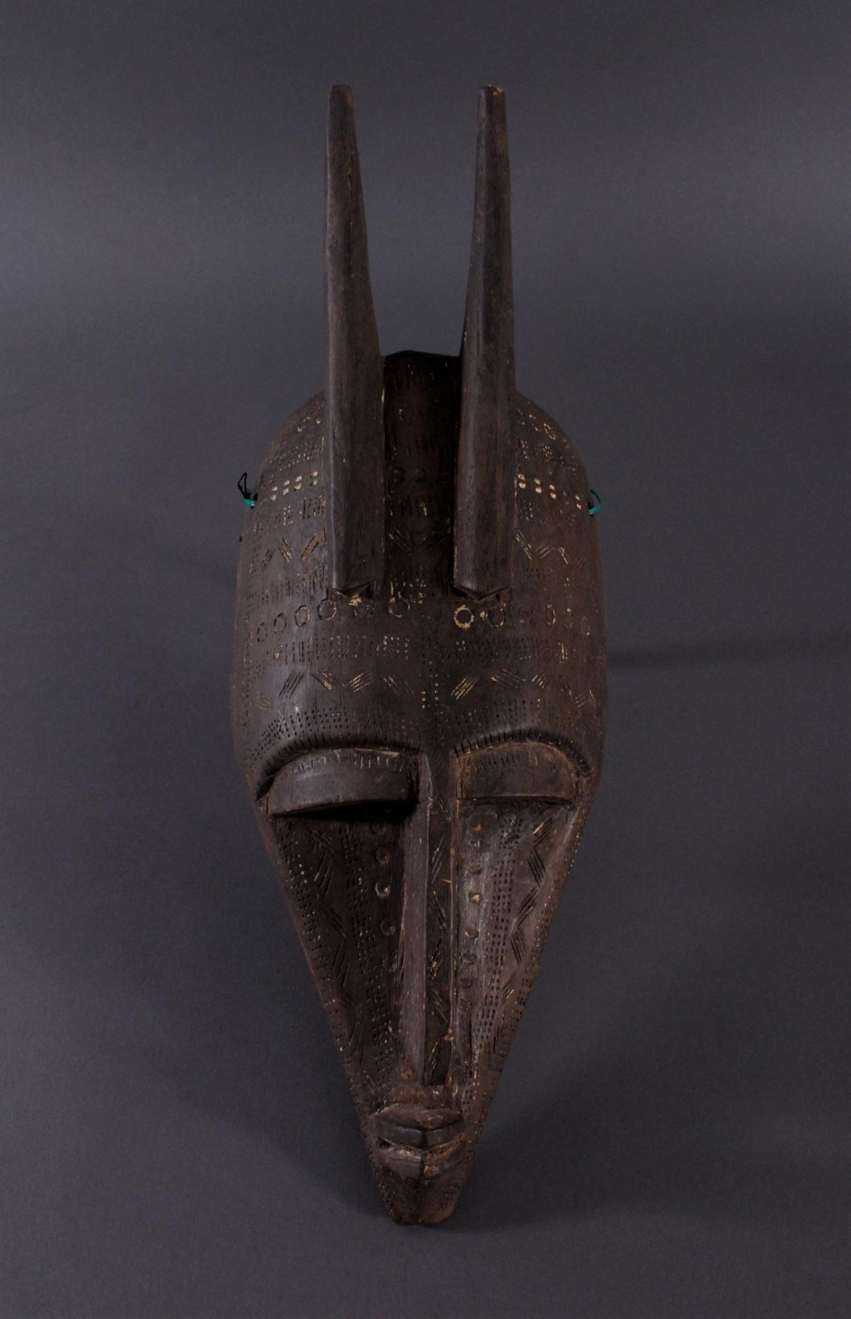 Antike Maske, Bambara, Mali 1. Hälfte 20. Jh.Holz geschnitzt, Musterritzungen, Reste weißer