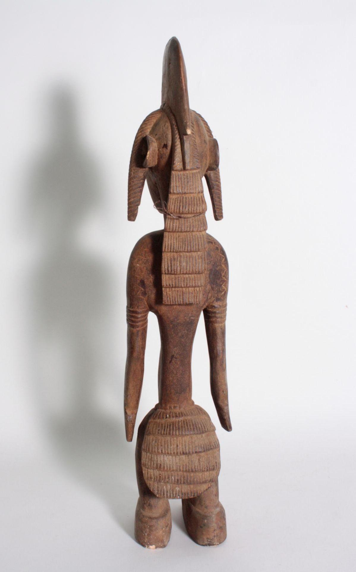 Stehende Frauenfigur, Senufo/Elfenbeinküste, 1. Hälfte 20. Jh.Bräunliches Holz. Stehende Frauenfigur - Bild 4 aus 6