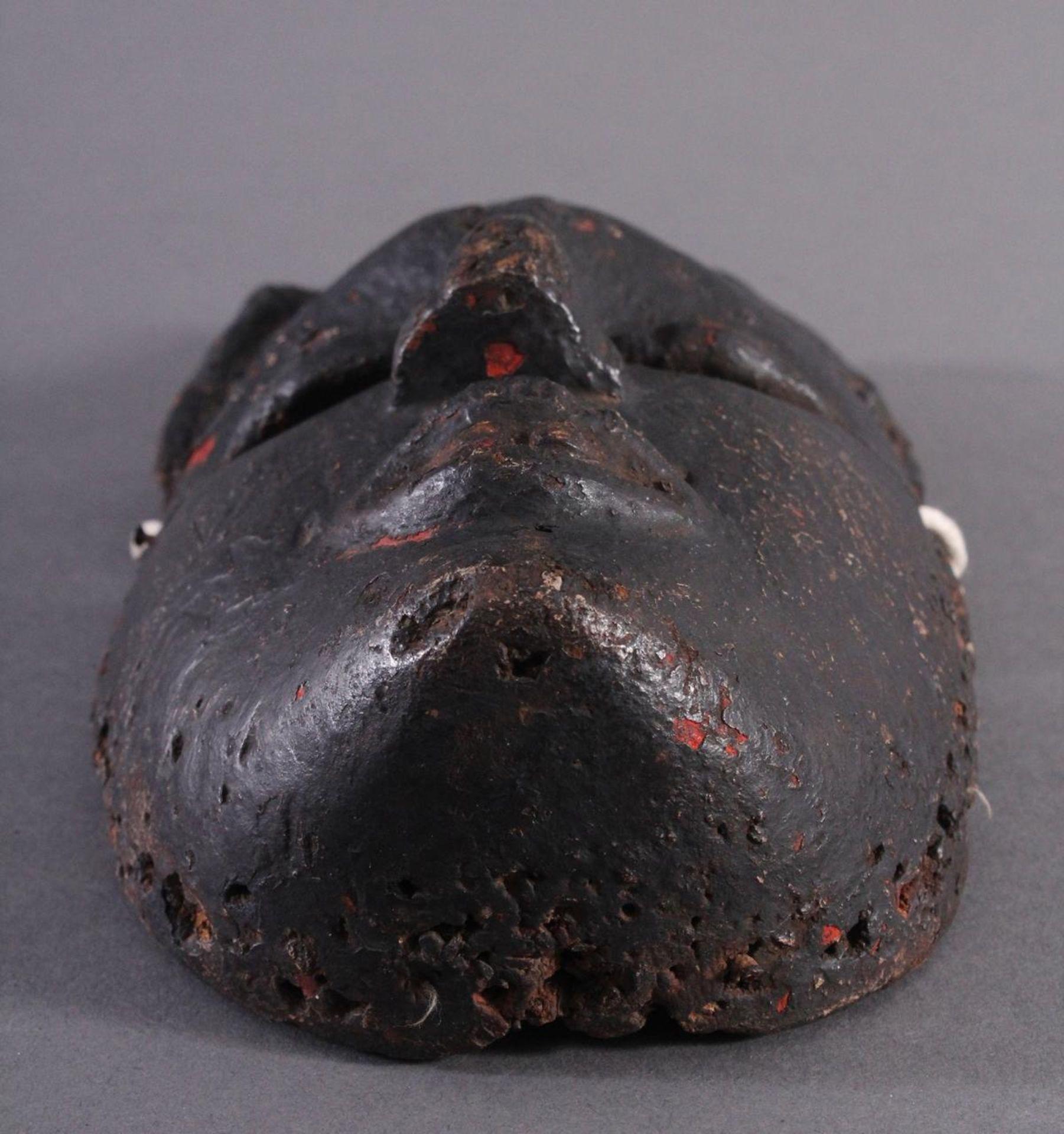 Antike Afrikanische Maske, 1. Hälfte 20. Jh.Braunes Holz, rot bemalt, schwarze Patina mit - Bild 5 aus 6