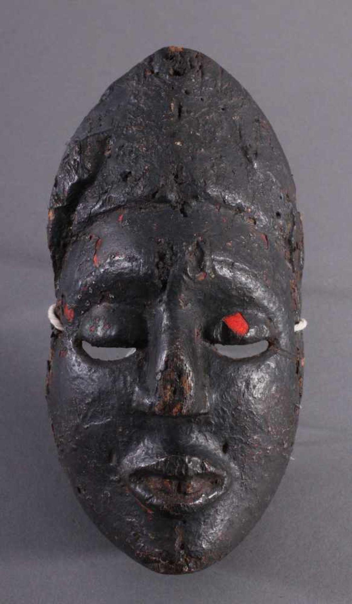 Antike Afrikanische Maske, 1. Hälfte 20. Jh.Braunes Holz, rot bemalt, schwarze Patina mit