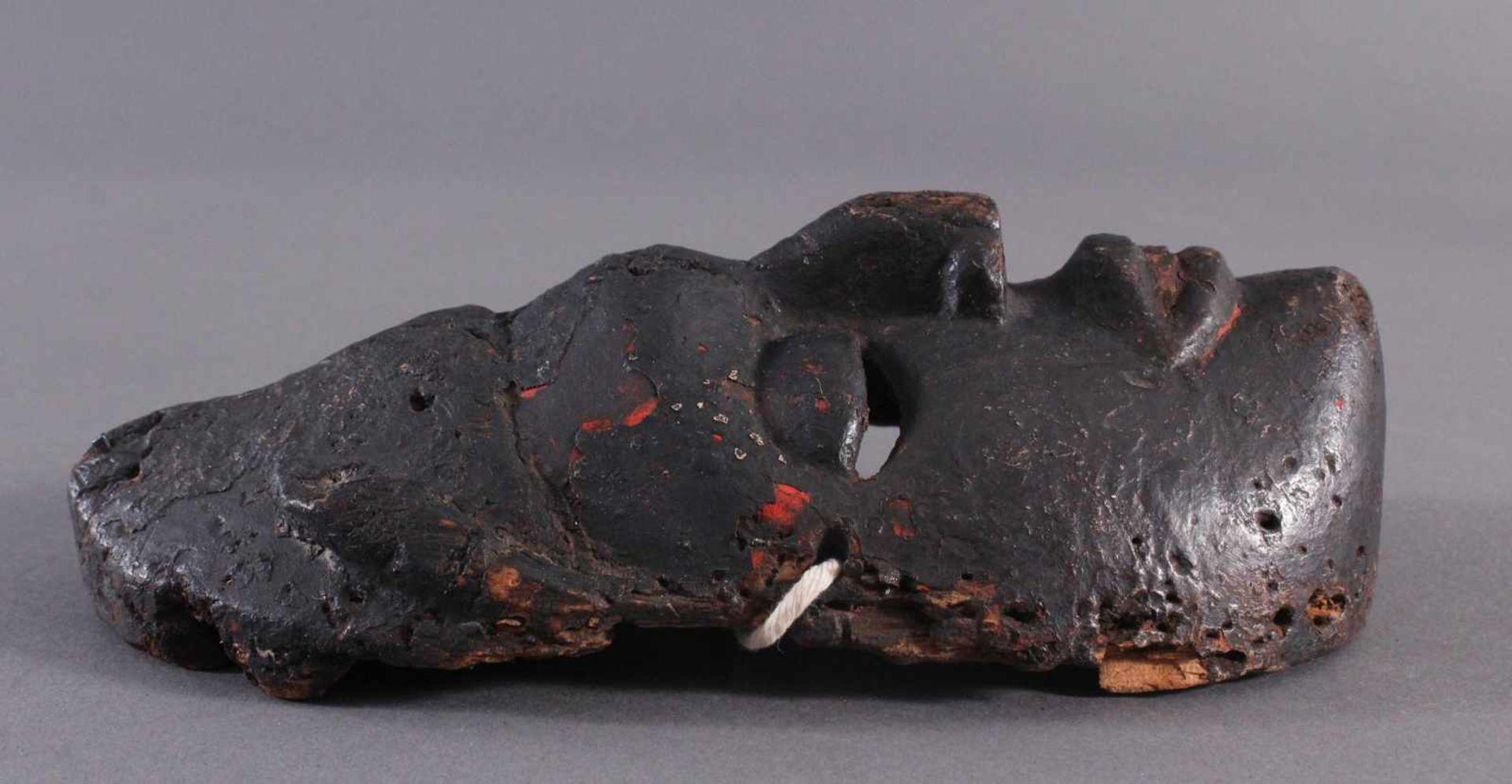 Antike Afrikanische Maske, 1. Hälfte 20. Jh.Braunes Holz, rot bemalt, schwarze Patina mit - Bild 2 aus 6