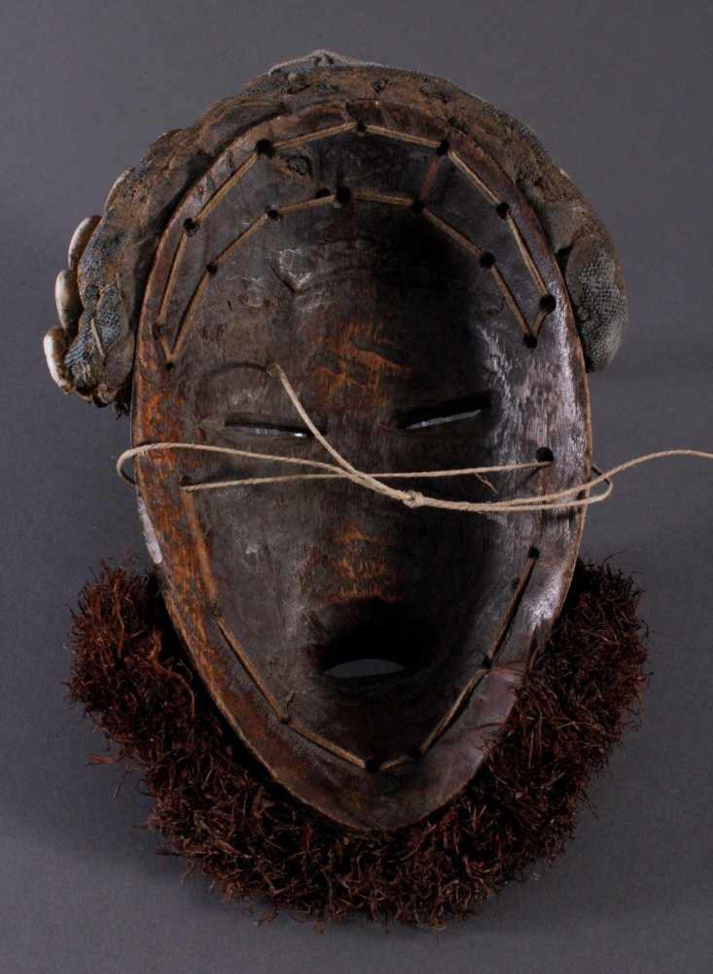 Antike Maske der Dan, Liberia 1. Hälfte 20. Jh.Holz geschnitzt, dunkle Patina, Stoff Haar mit - Bild 4 aus 4