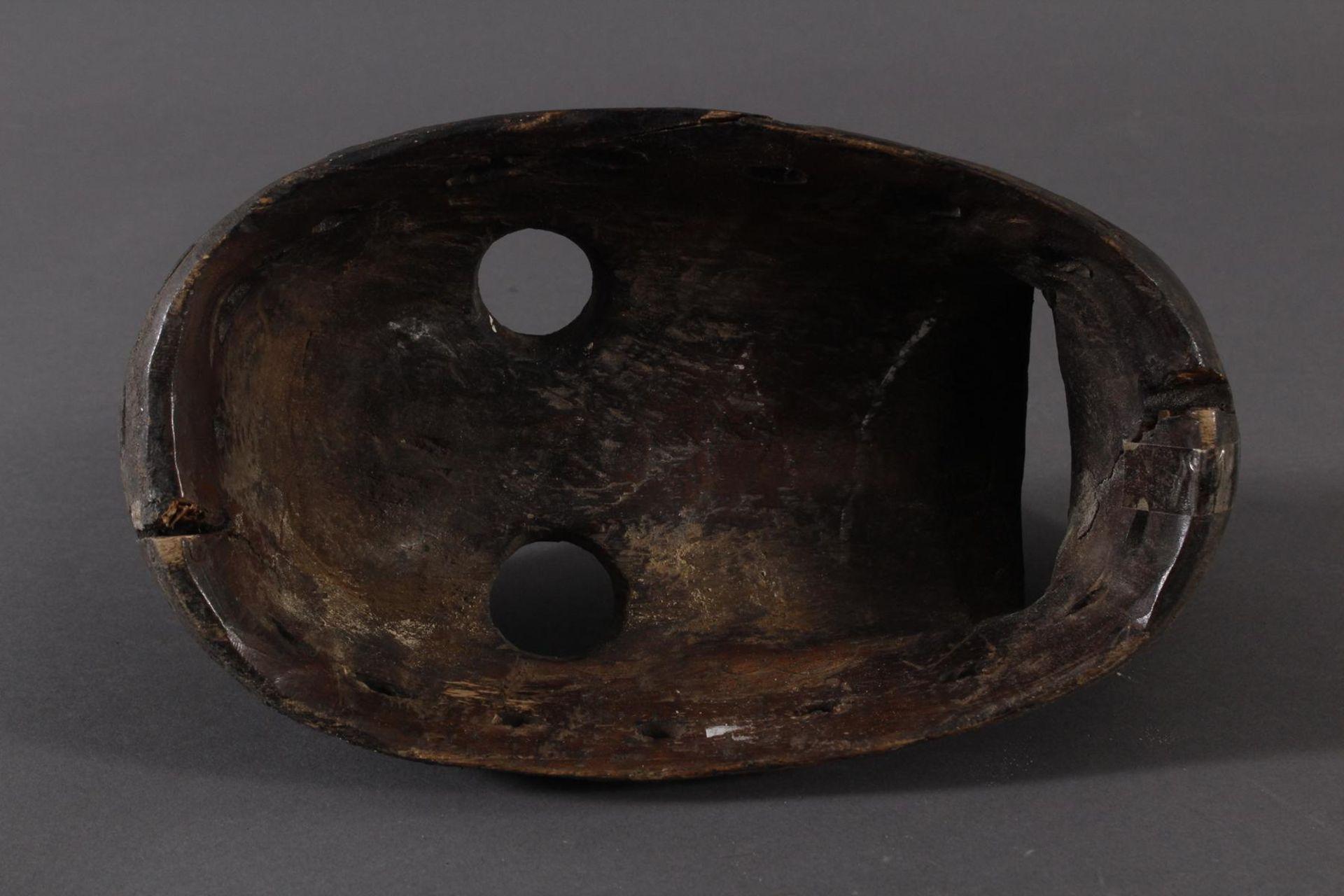 Antike Maske der Dan-Kran, Elfenbeinküste 1. Hälfte 20. Jh.Holz geschnitzt, dunkle Patina ,nach - Bild 4 aus 6