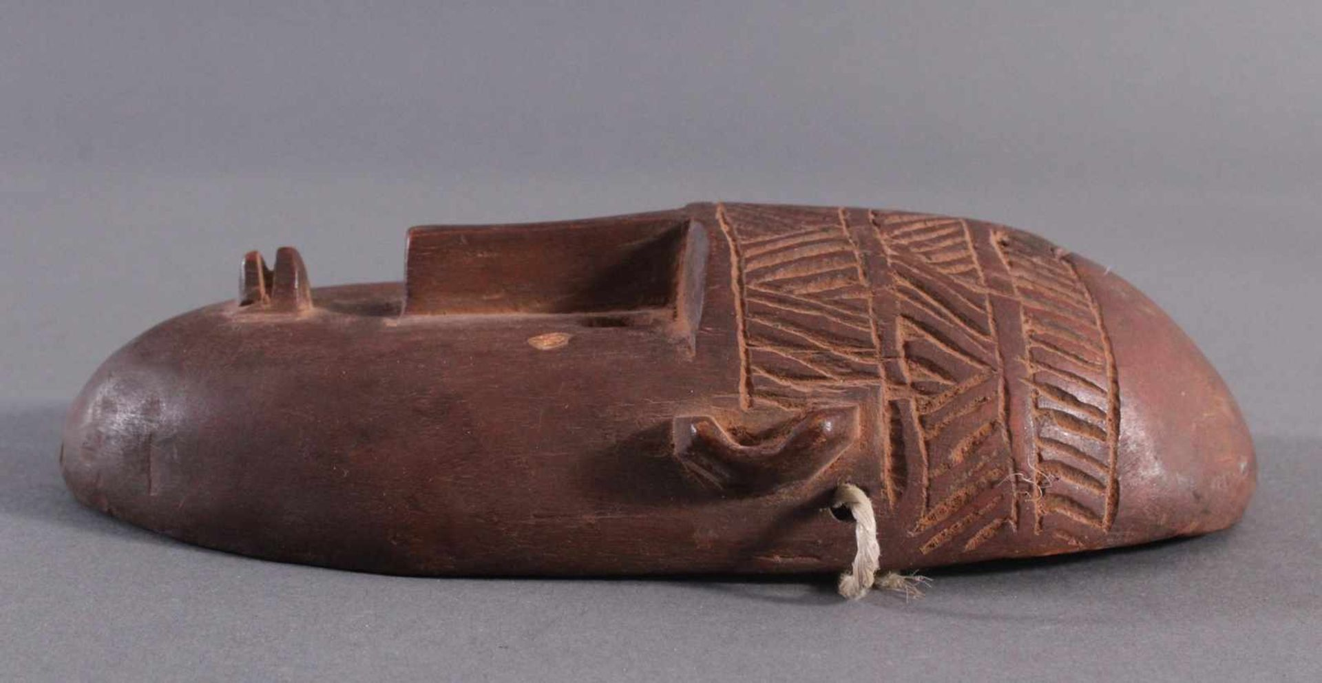 Antike Maske, BambaraHolz geschnitzt, braune Patina, am linken Ohr mit kleiner Abplatzung, - Bild 2 aus 6