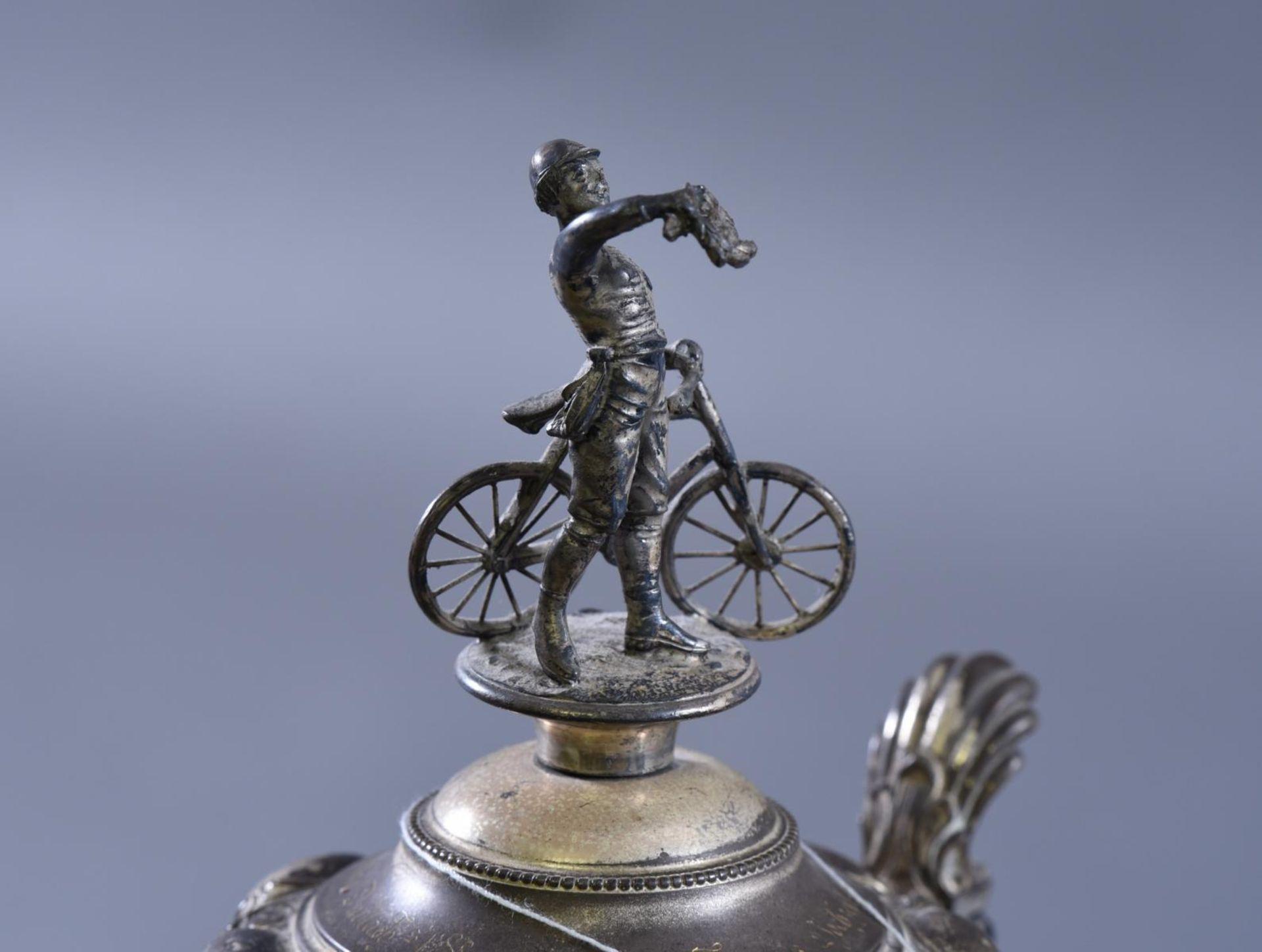 Los 1653 - Radfahrerpokal, Germania Durlach (Karlsruhe), 1898Hoher Deckelpokal mit bekrönenden Radfahrer.