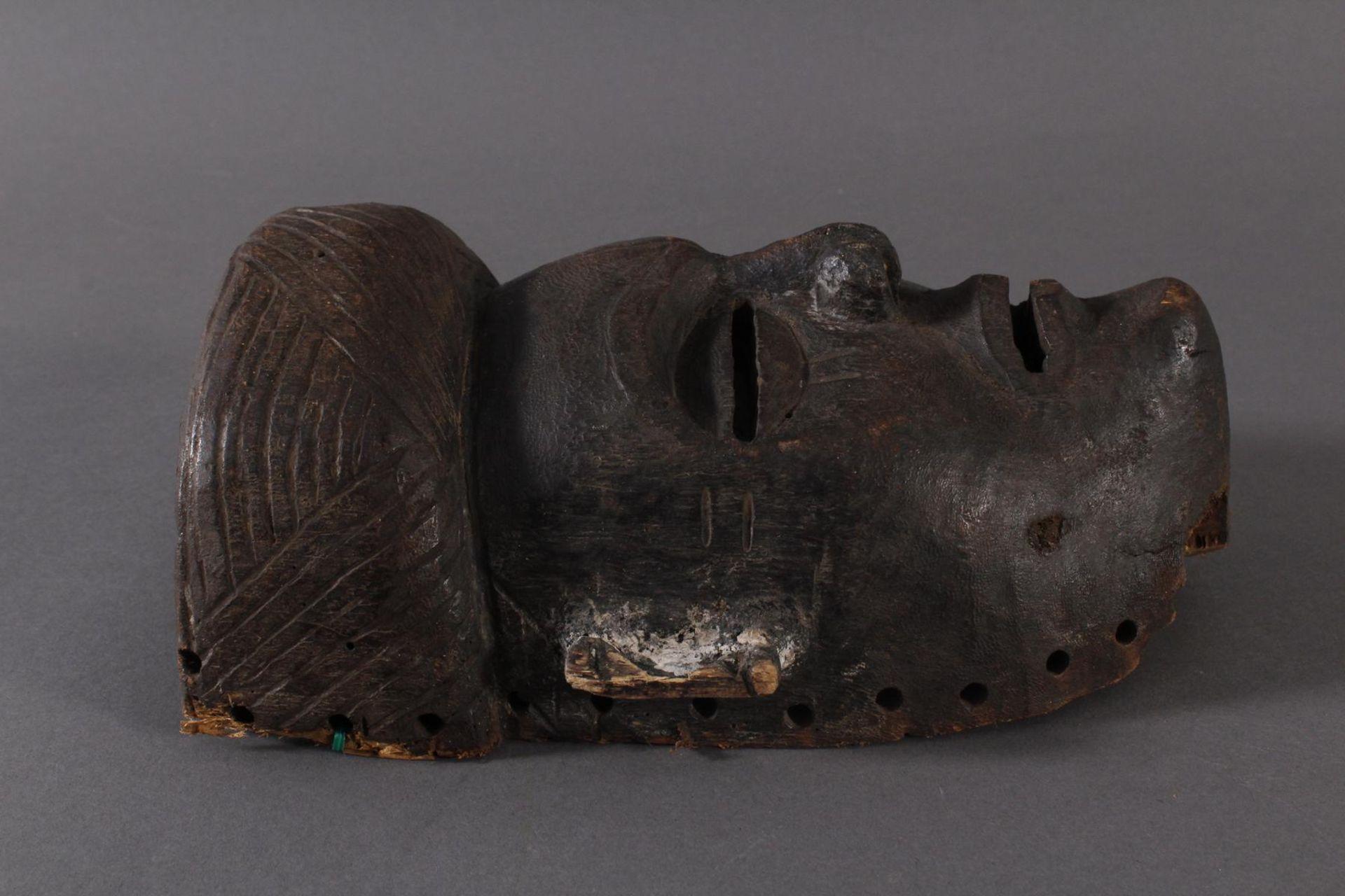Antike Maske, Angola, Luena 20. Jh.Holz geschnitzt, dunkle Patina, Narbentatauierung, Ohren - Bild 2 aus 6
