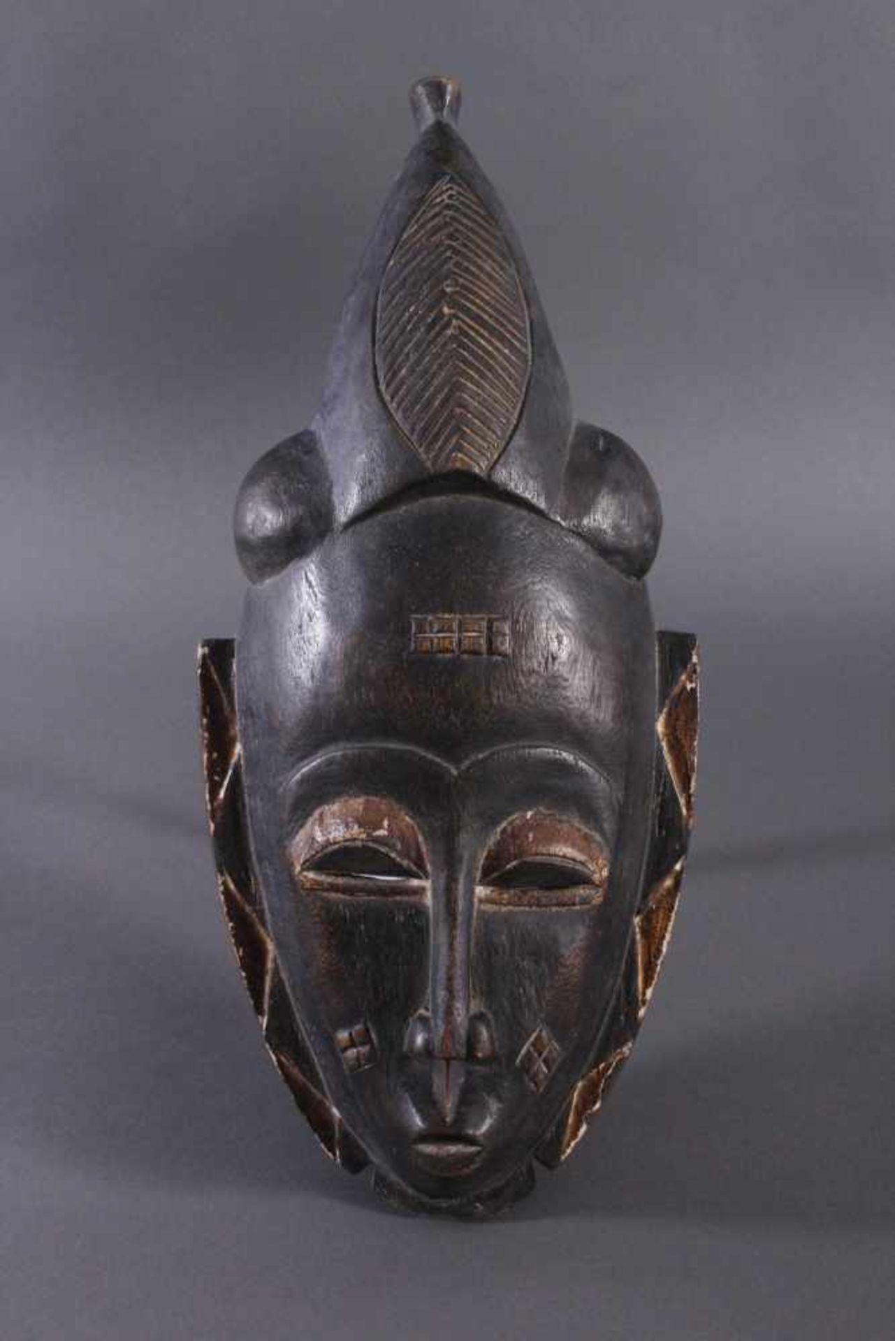 Antike Maske, Baule, Elfenbeinküste 1. Hälfte 20. Jh.Holz geschnitzt, dunkle Patina, Reste weißer