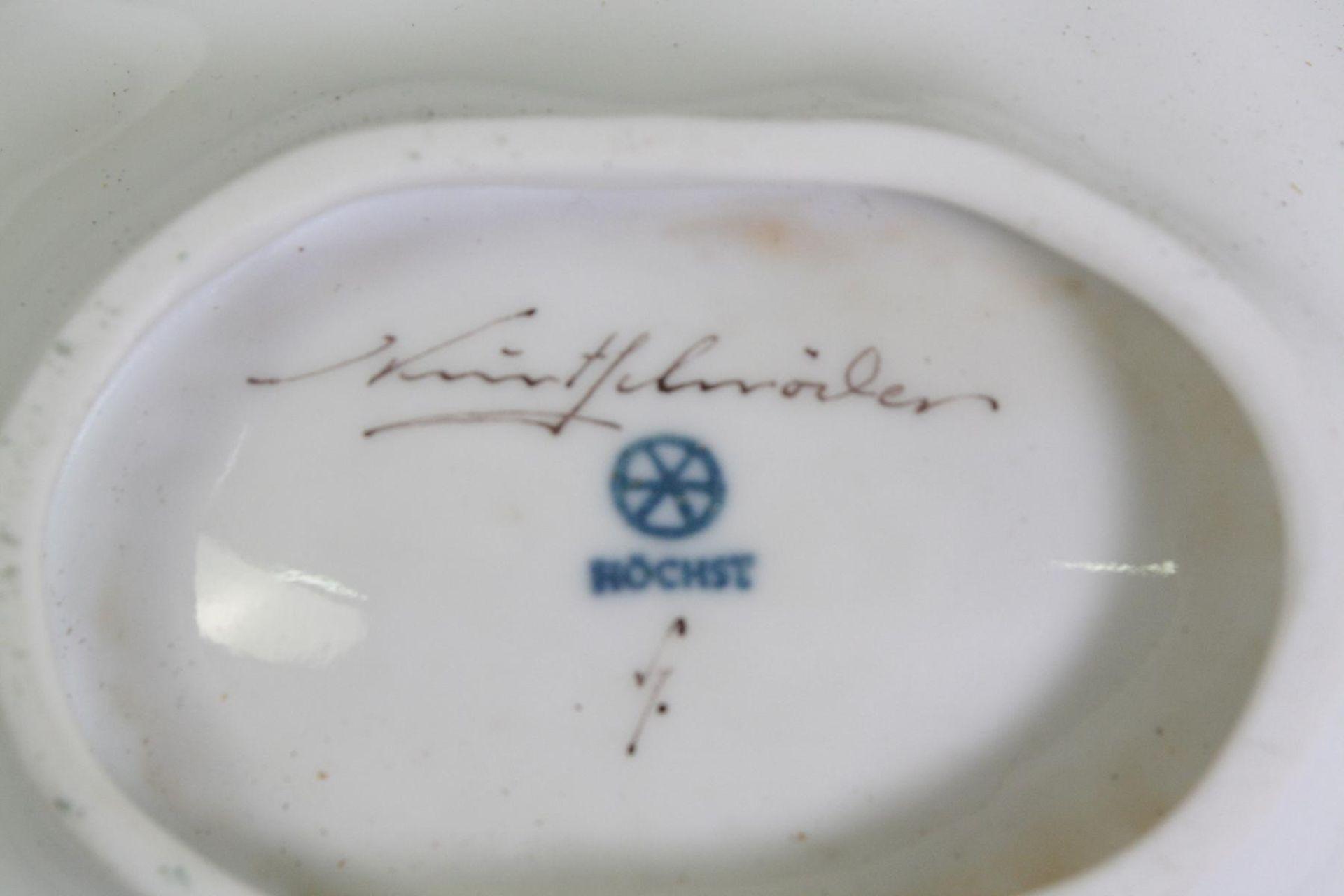 Blattschale, Höchst, signiert Kurt SchröderReliefiertes Weißporzellan, im Spiegel Vögel auf Ast in - Bild 2 aus 2