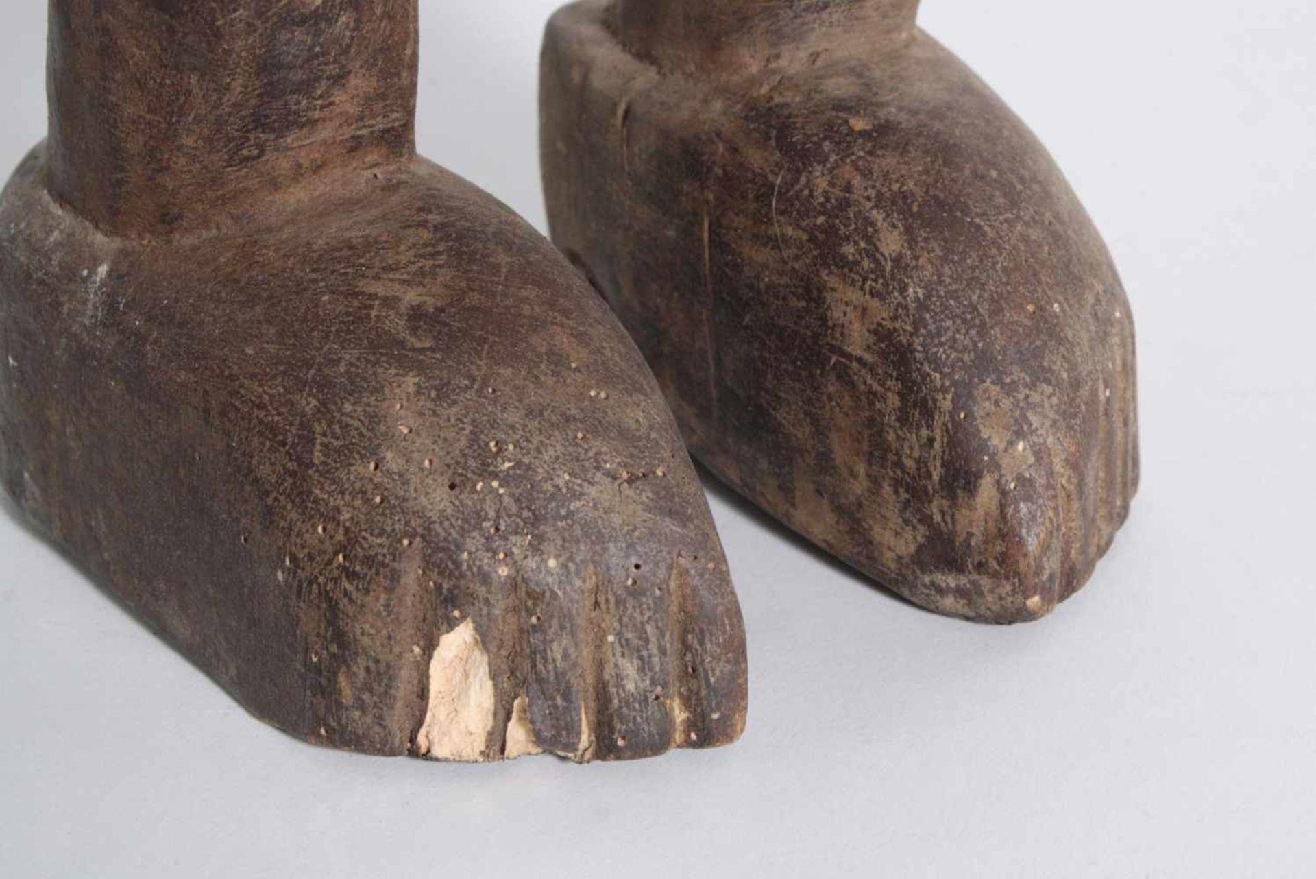 Stehende Frauenfigur, Senufo/Elfenbeinküste, 1. Hälfte 20. Jh.Bräunliches Holz. Stehende Frauenfigur - Bild 6 aus 6