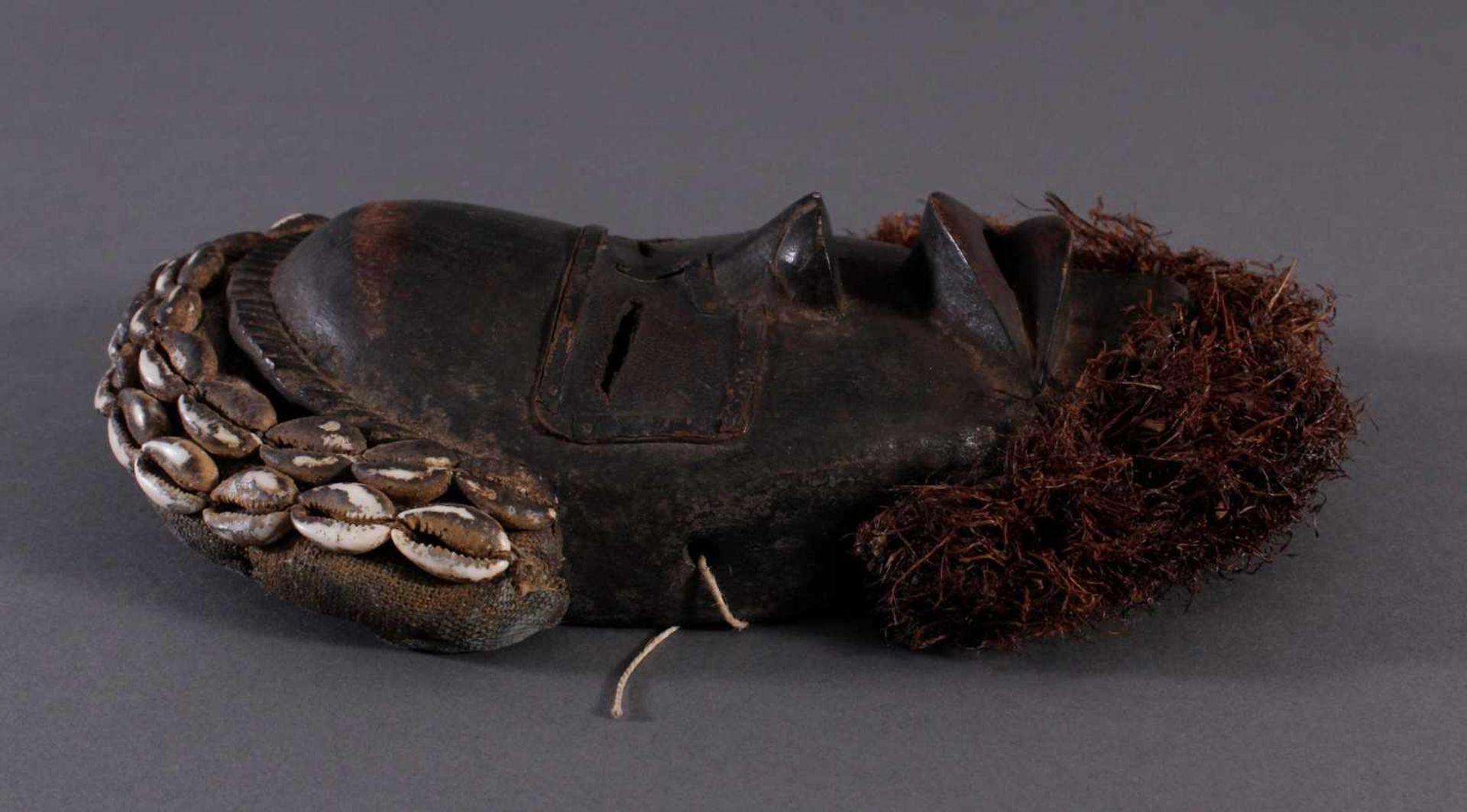 Antike Maske der Dan, Liberia 1. Hälfte 20. Jh.Holz geschnitzt, dunkle Patina, Stoff Haar mit - Bild 2 aus 4