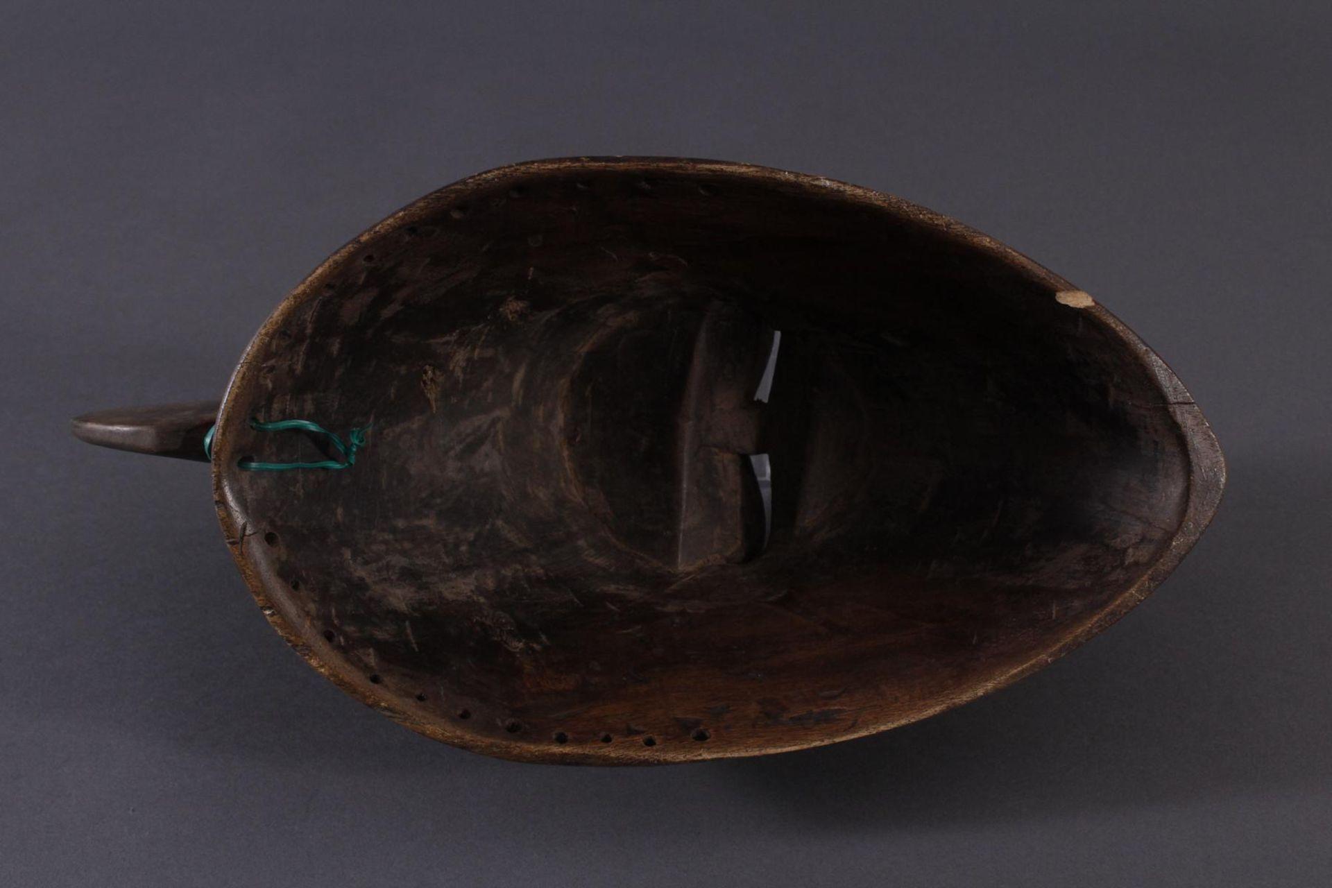 Antike Maske der Baule, Elfenbeinküste 1. Hälfte 20. Jh.Holz geschnitzt, dunkle Patina, partiell rot - Bild 6 aus 6