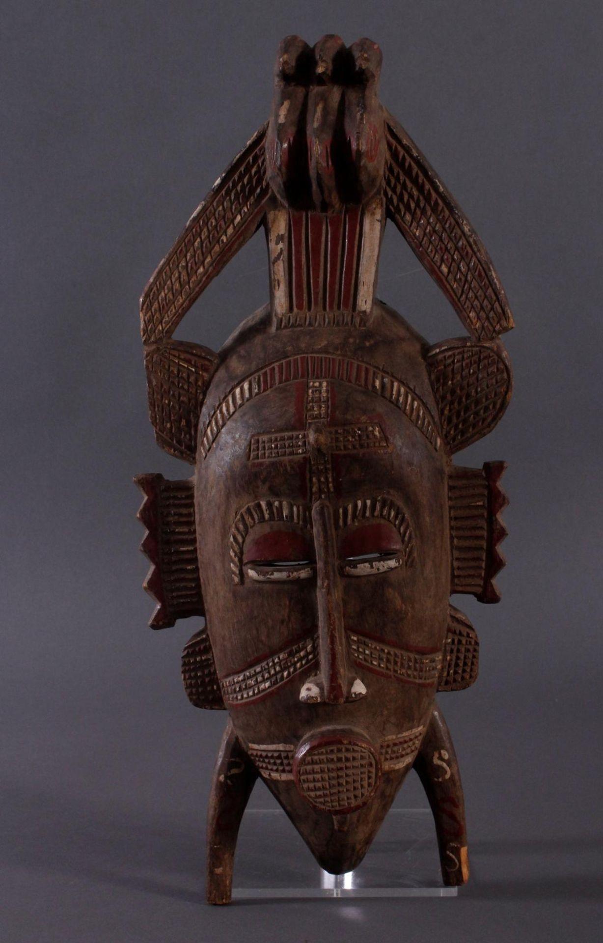 Antike Maske, Senufo, Elfenbeinküste 1. Hälfte 20. Jh.Holz geschnitzt, rotbraune und Weiße Bemalung,