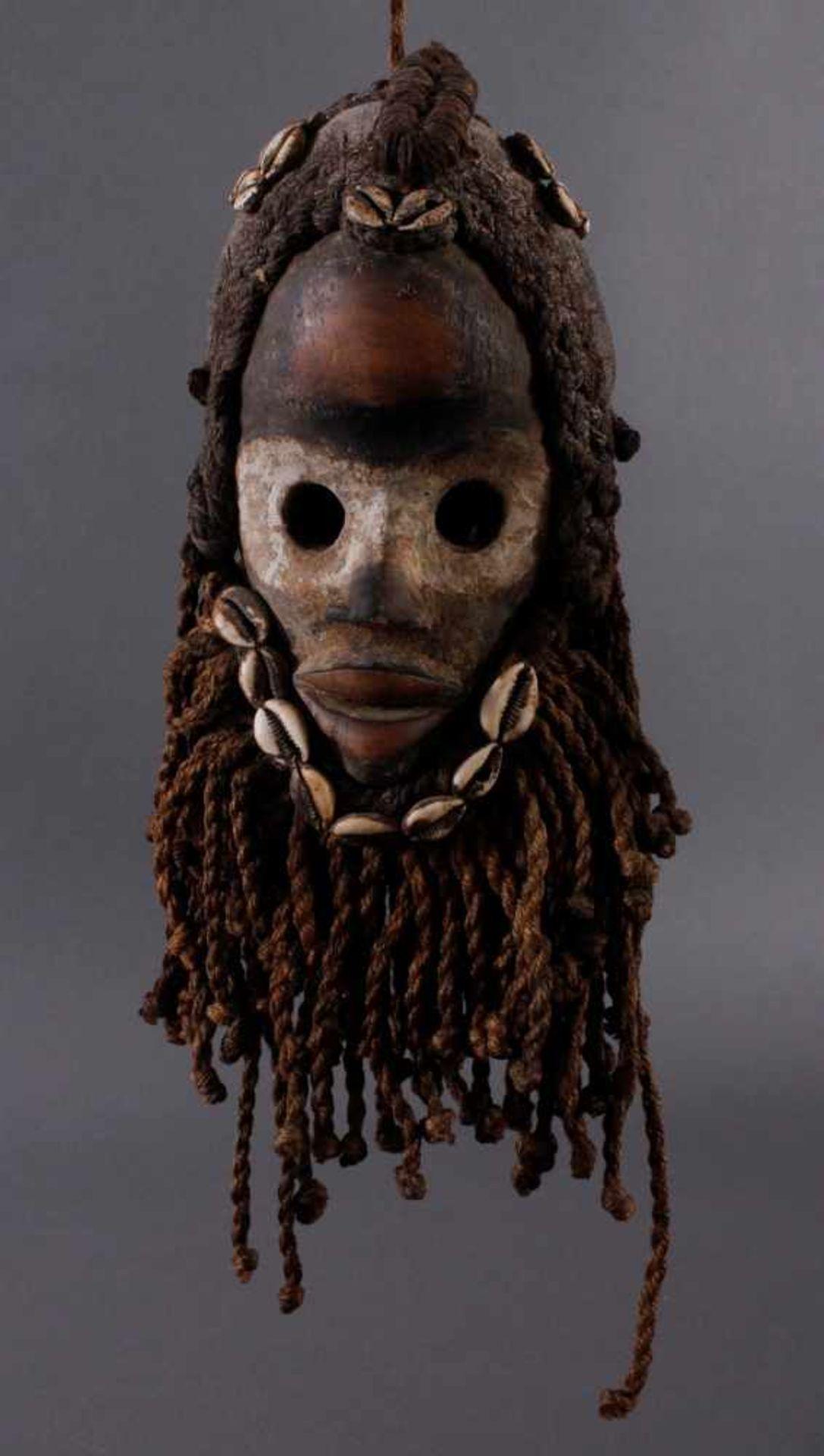 Antike Maske, Dan, Liberia 1. Hälfte 20. Jh.Holz geschnitzt, bemalt, geflochtene Frisur und Bart mit