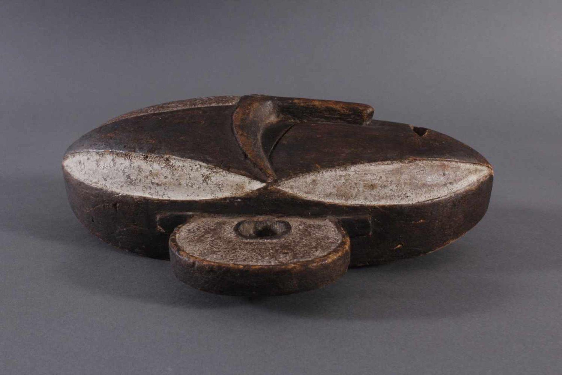 Antike Maske, Boa, Kongo 1. Hälfte 20. Jh.Holz geschnitzt, dunkle Patina, Reste weißer Bemalung, - Bild 3 aus 6