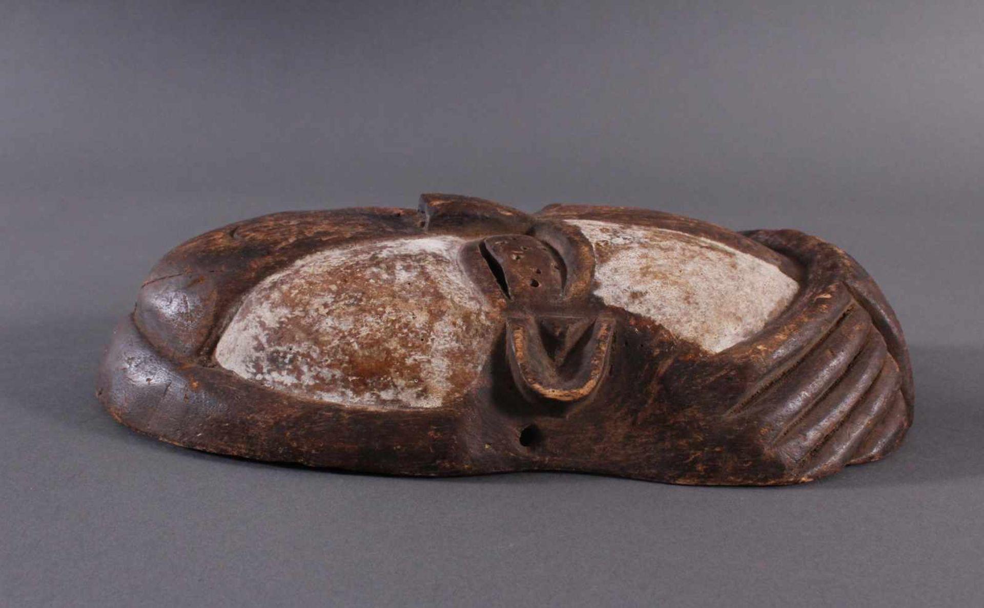 Antike Afrikanische Maske, 1. Hälfte 20. Jh.Holz geschnitzt und farbig gefaßt, durchbrochene - Bild 5 aus 6