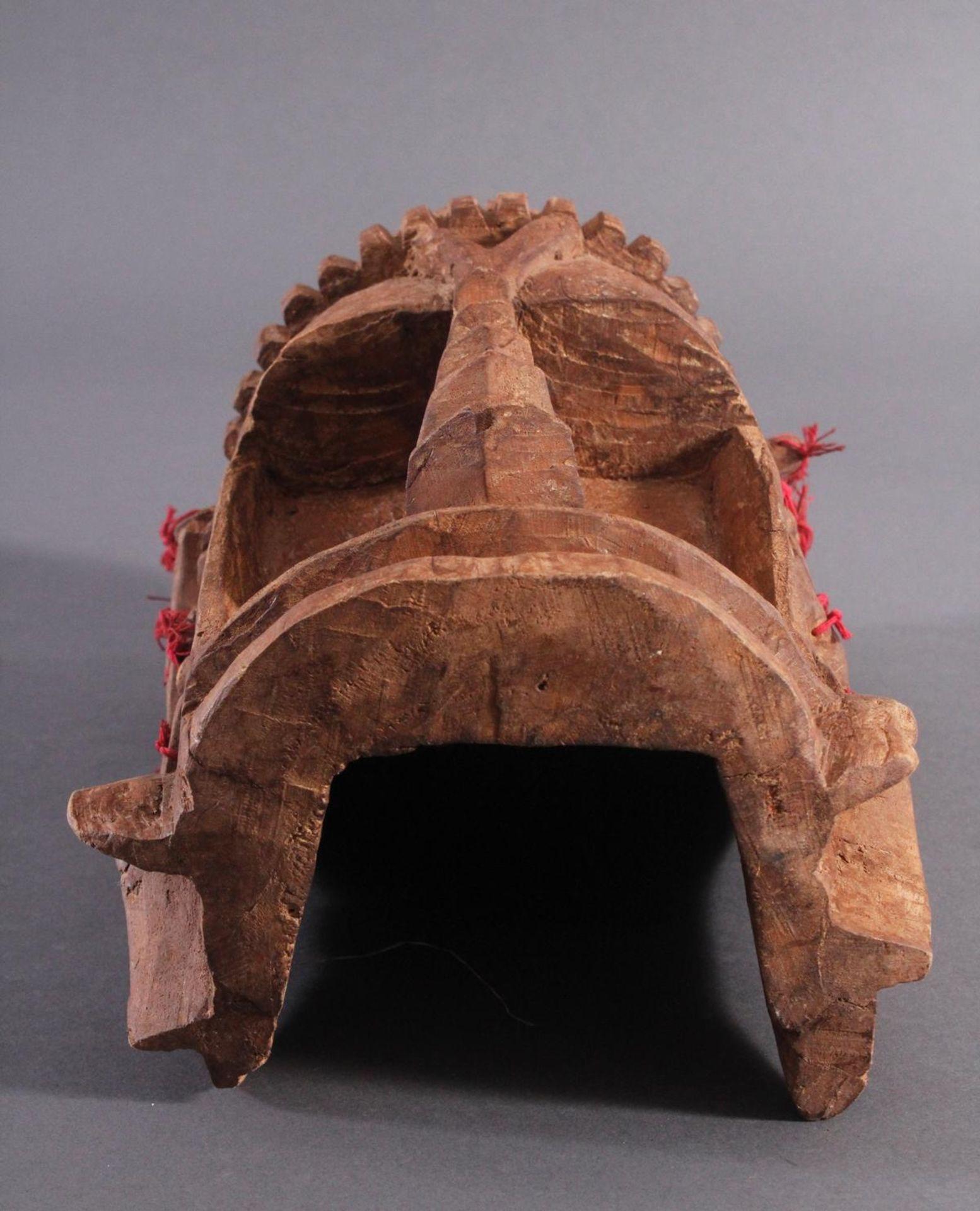 Antike Wandmaske, Mambila Kamerun 1. Hälfte 20. Jh.Helles Holz, geschnitzt, verziert mit roten - Bild 5 aus 6