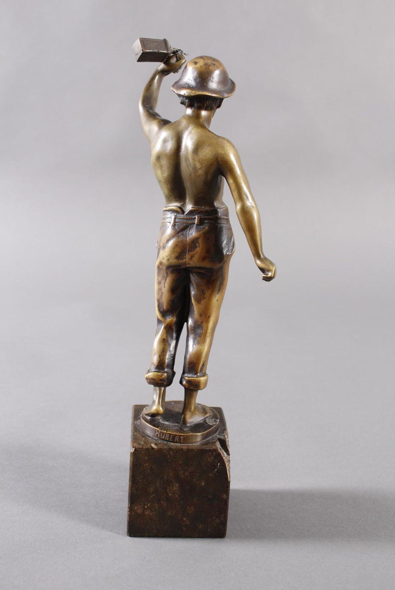 Raphael Hubert 1845-? Stehende Figur eines MinenarbeitersBronze dunkel patiniert, auf - Bild 4 aus 6