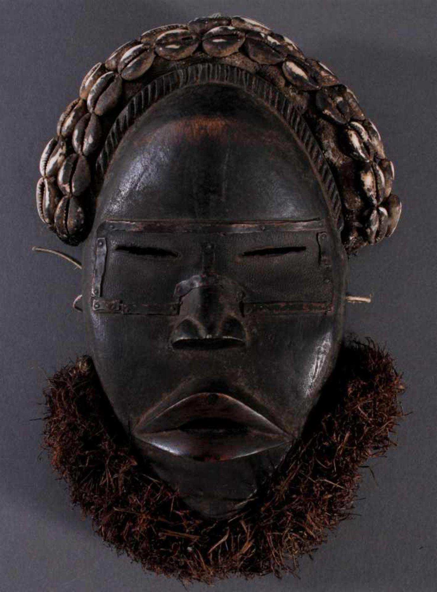 Antike Maske der Dan, Liberia 1. Hälfte 20. Jh.Holz geschnitzt, dunkle Patina, Stoff Haar mit
