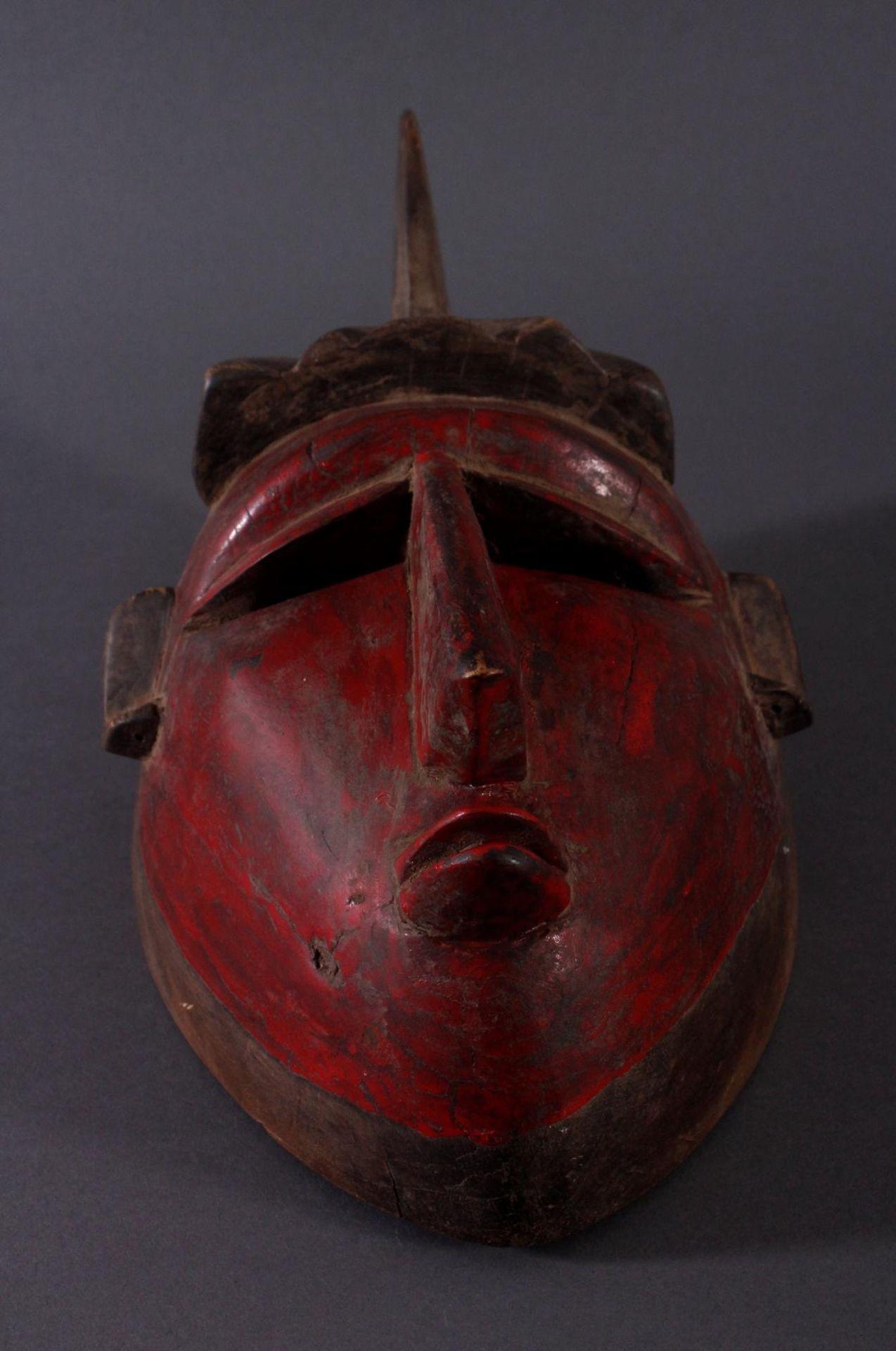 Antike Maske der Baule, Elfenbeinküste 1. Hälfte 20. Jh.Holz geschnitzt, dunkle Patina, partiell rot - Bild 4 aus 6