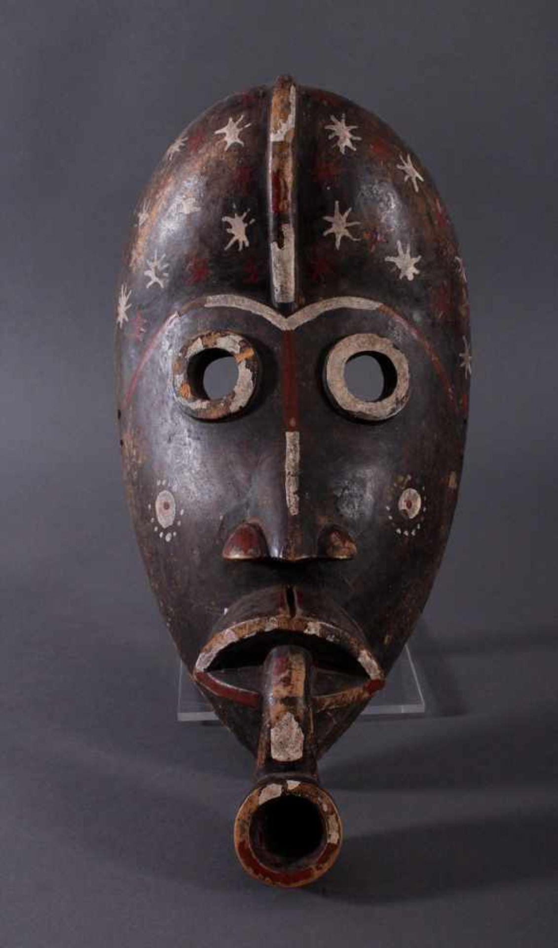 """Antike Holzmaske der Dan, 1. Hälfte 20. Jh.Holz geschnitzt, """"Pfeifenraucher"""", dunkle Patina,"""