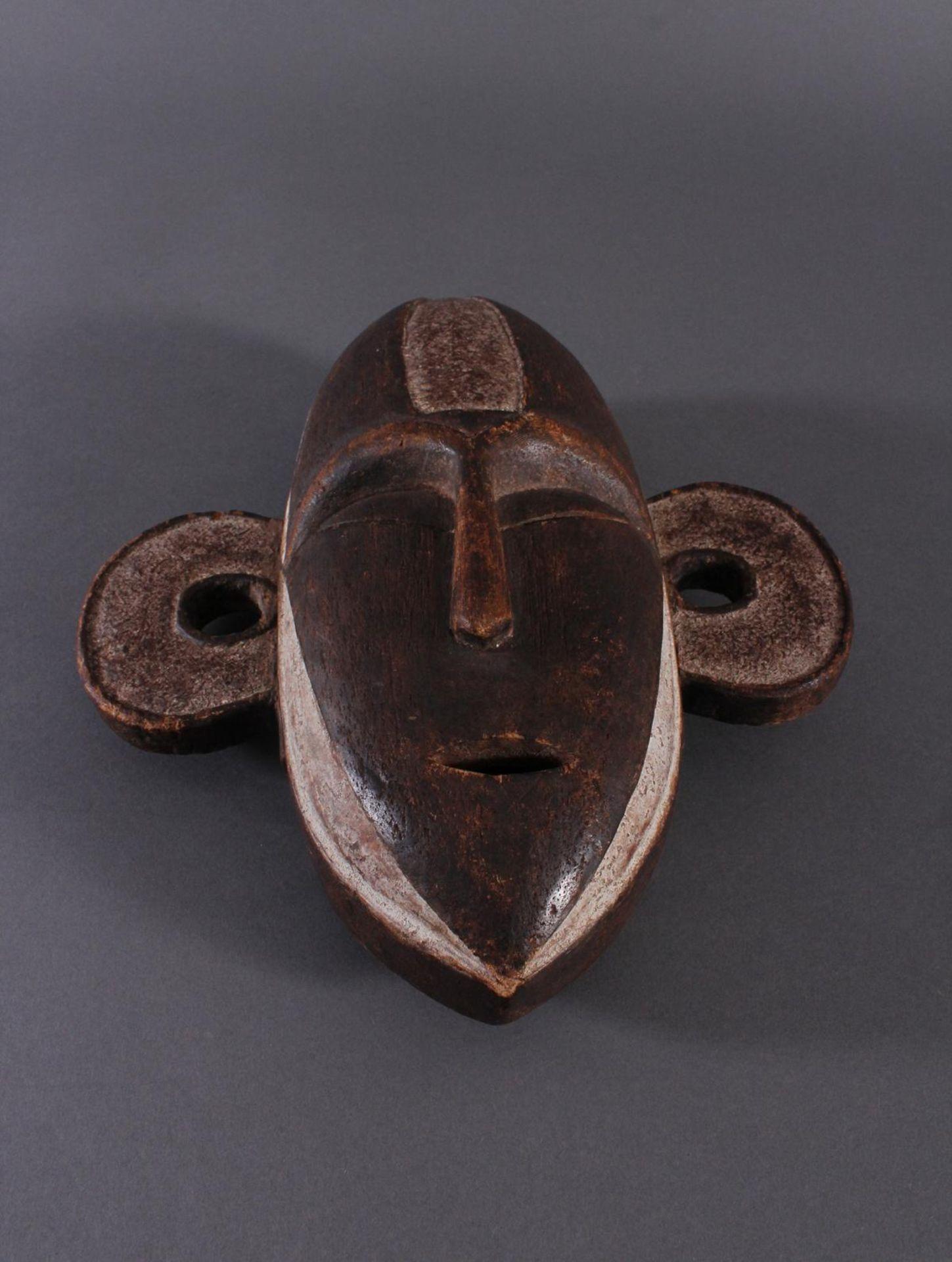 Antike Maske, Boa, Kongo 1. Hälfte 20. Jh.Holz geschnitzt, dunkle Patina, Reste weißer Bemalung, - Bild 2 aus 6