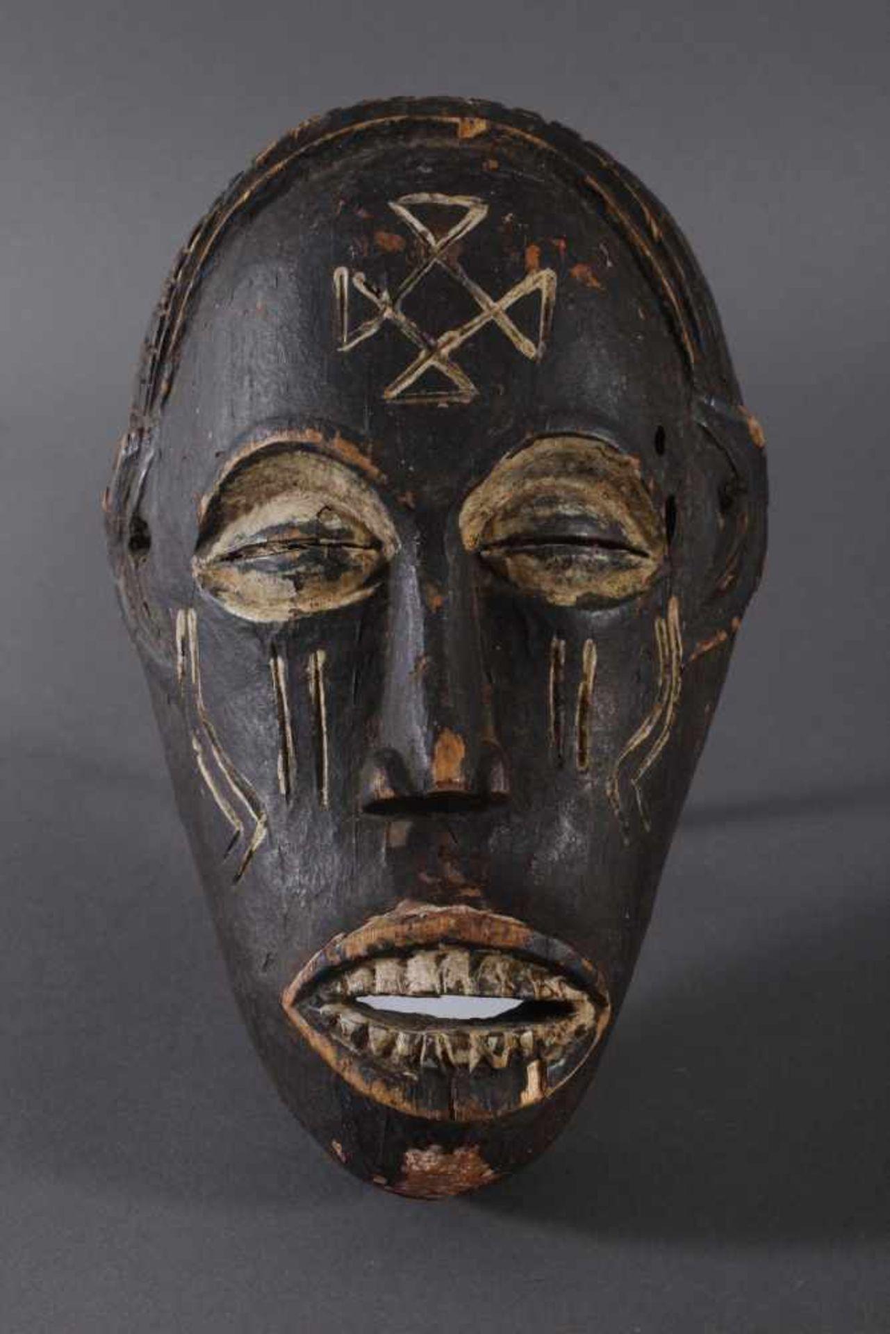Antike Maske, Chokwe, Angola 1. Hälfte 20. Jh.Holz geschnitzt, dunkle Patina und Kaolin Bemalung,