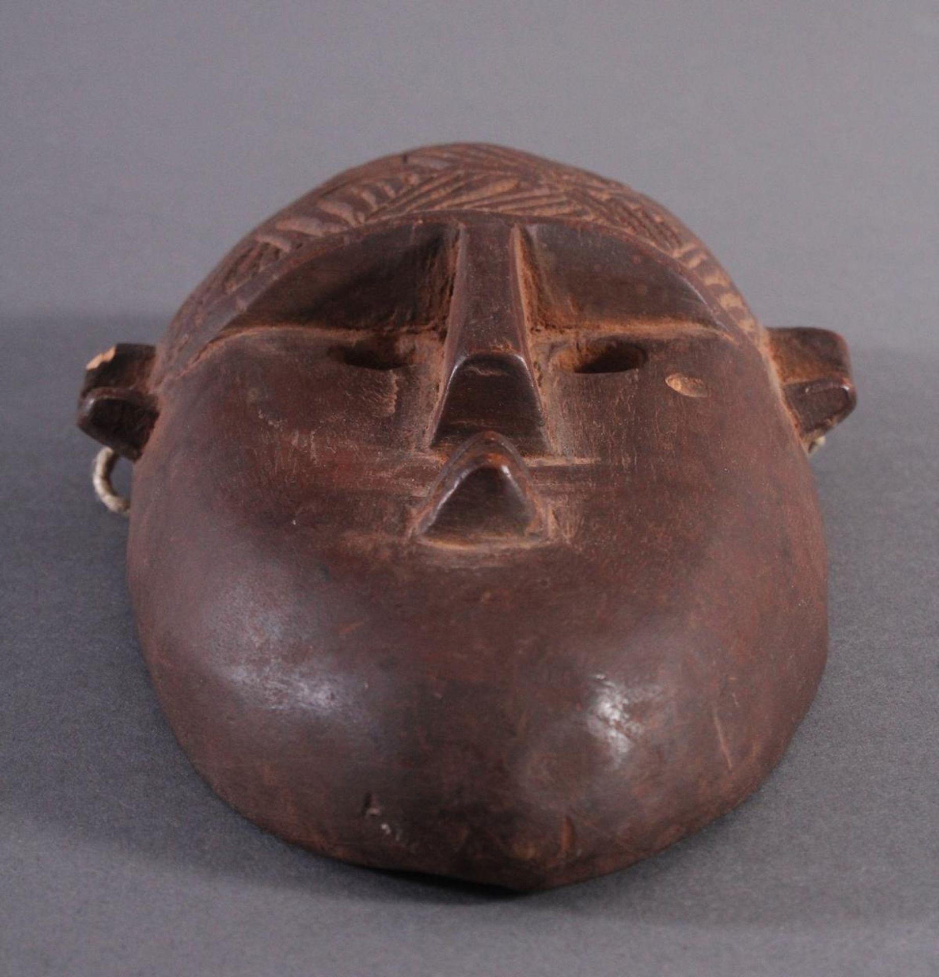Antike Maske, BambaraHolz geschnitzt, braune Patina, am linken Ohr mit kleiner Abplatzung, - Bild 5 aus 6