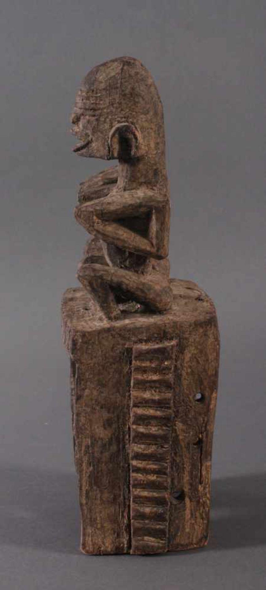 Antike Maske, Dogon, Mali, 1. Hälfte 20. Jh.Hartholz geschnitzt. Als Aufsatz zwei sitzende - Bild 4 aus 4