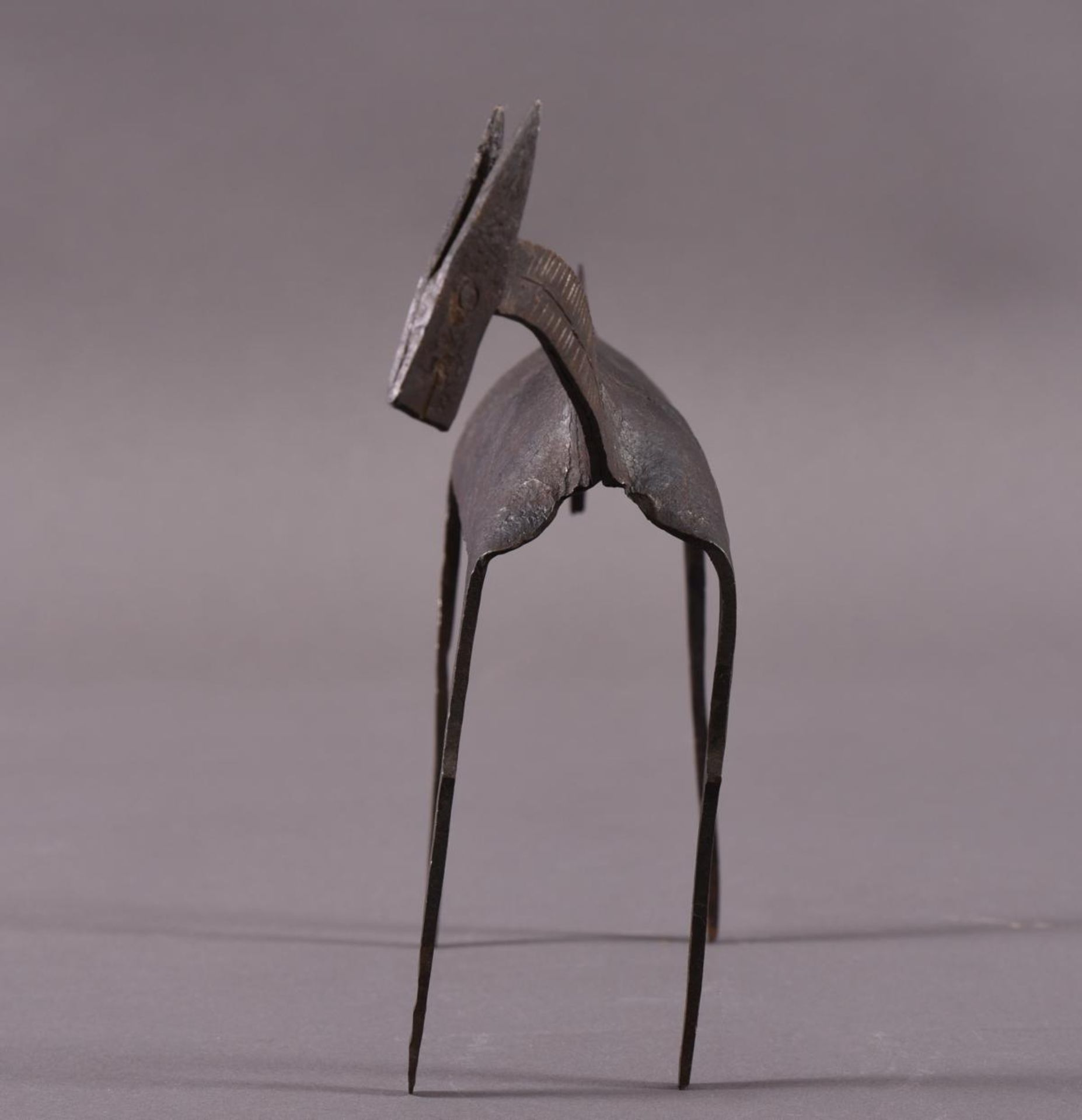 Eisenskulptur in Form einer Gazelle, unbekannter Künstler des 20. JahrhundertCa. 24,5 x 8 x 35 cm. - Bild 2 aus 6
