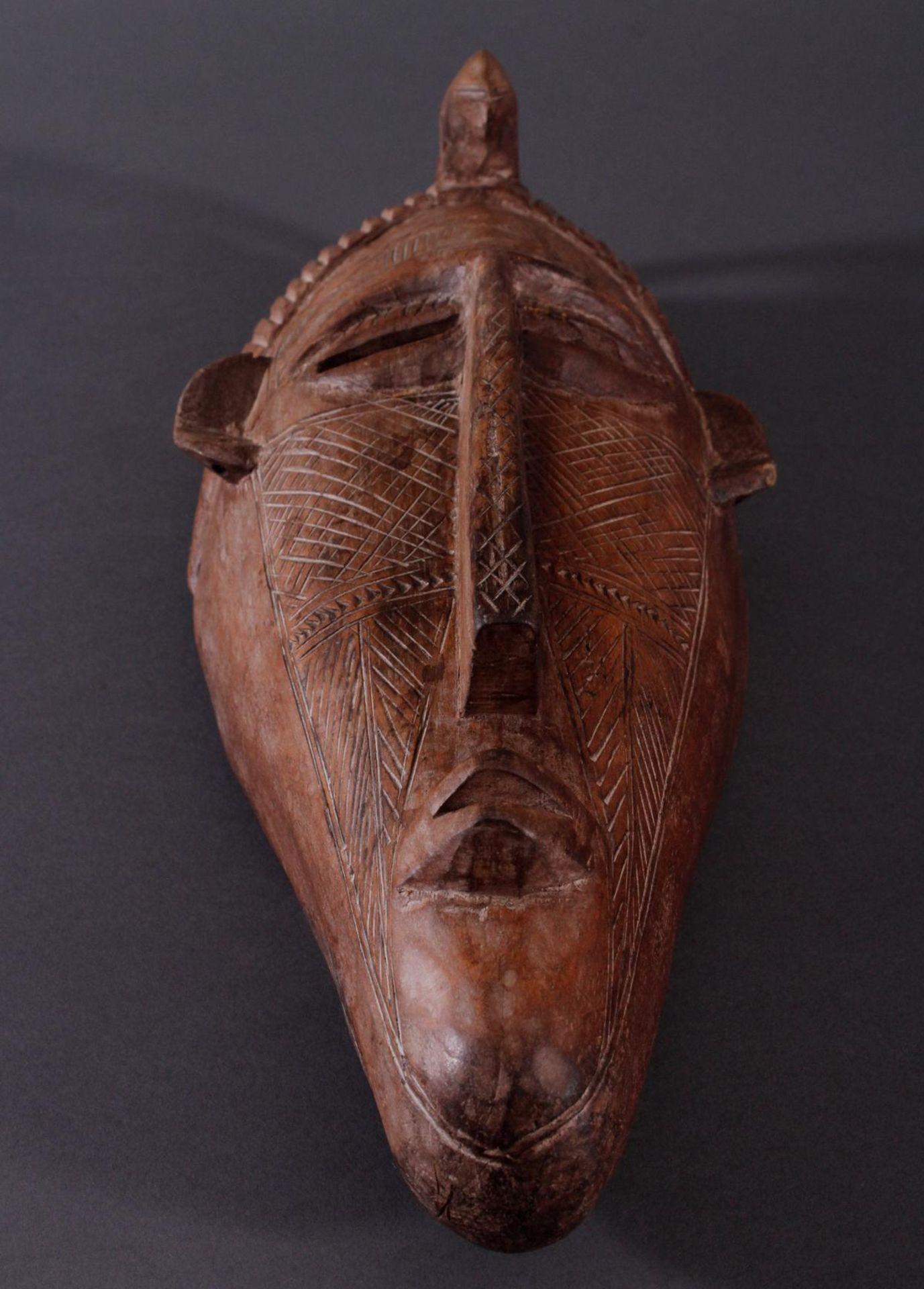 Antike Maske, Bambara, Mali 1. Hälfte 20. Jh.Holz geschnitzt, Musterritzungen, mit Chamäleon- - Bild 5 aus 6