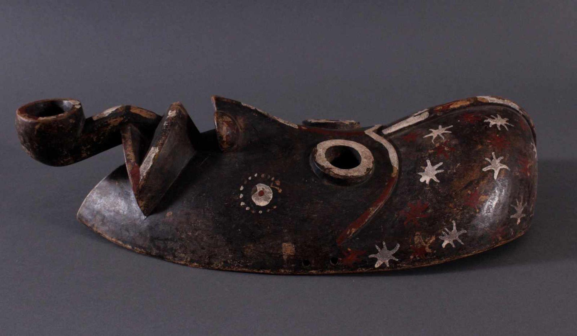 "Antike Holzmaske der Dan, 1. Hälfte 20. Jh.Holz geschnitzt, ""Pfeifenraucher"", dunkle Patina, - Bild 3 aus 4"