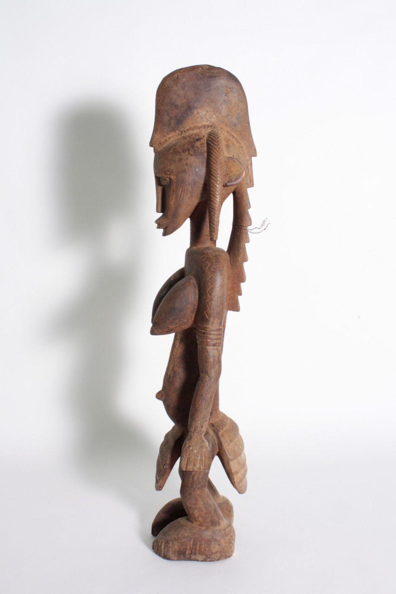 Stehende Frauenfigur, Senufo/Elfenbeinküste, 1. Hälfte 20. Jh.Bräunliches Holz. Stehende Frauenfigur - Bild 5 aus 6
