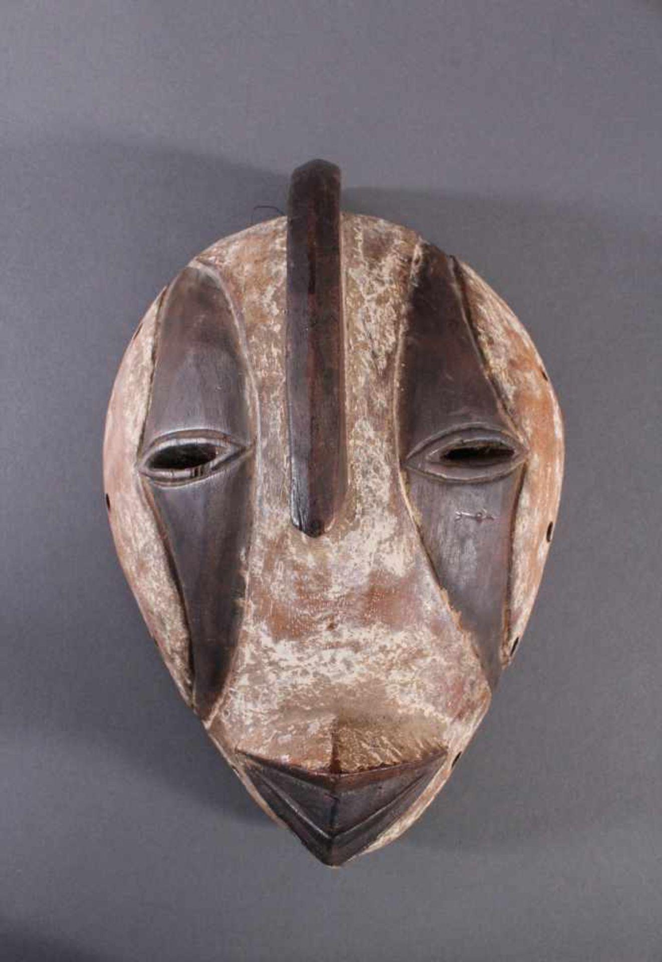 Antike Maske, Gabun 1. Hälfte 20. Jh.Holz geschnitzt, braune Patina, Kaolin Bemalung, ca. 11,5 x