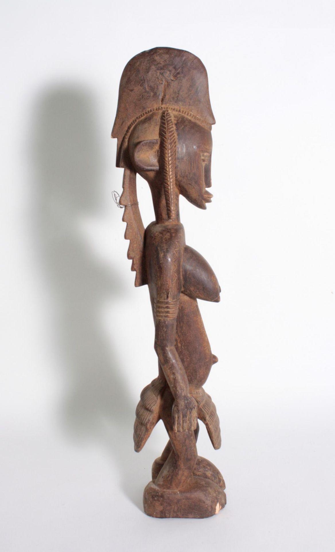 Stehende Frauenfigur, Senufo/Elfenbeinküste, 1. Hälfte 20. Jh.Bräunliches Holz. Stehende Frauenfigur - Bild 3 aus 6