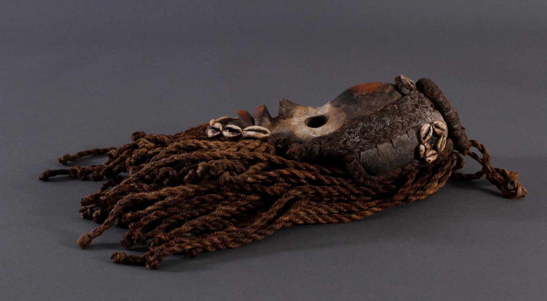 Antike Maske, Dan, Liberia 1. Hälfte 20. Jh.Holz geschnitzt, bemalt, geflochtene Frisur und Bart mit - Bild 4 aus 4