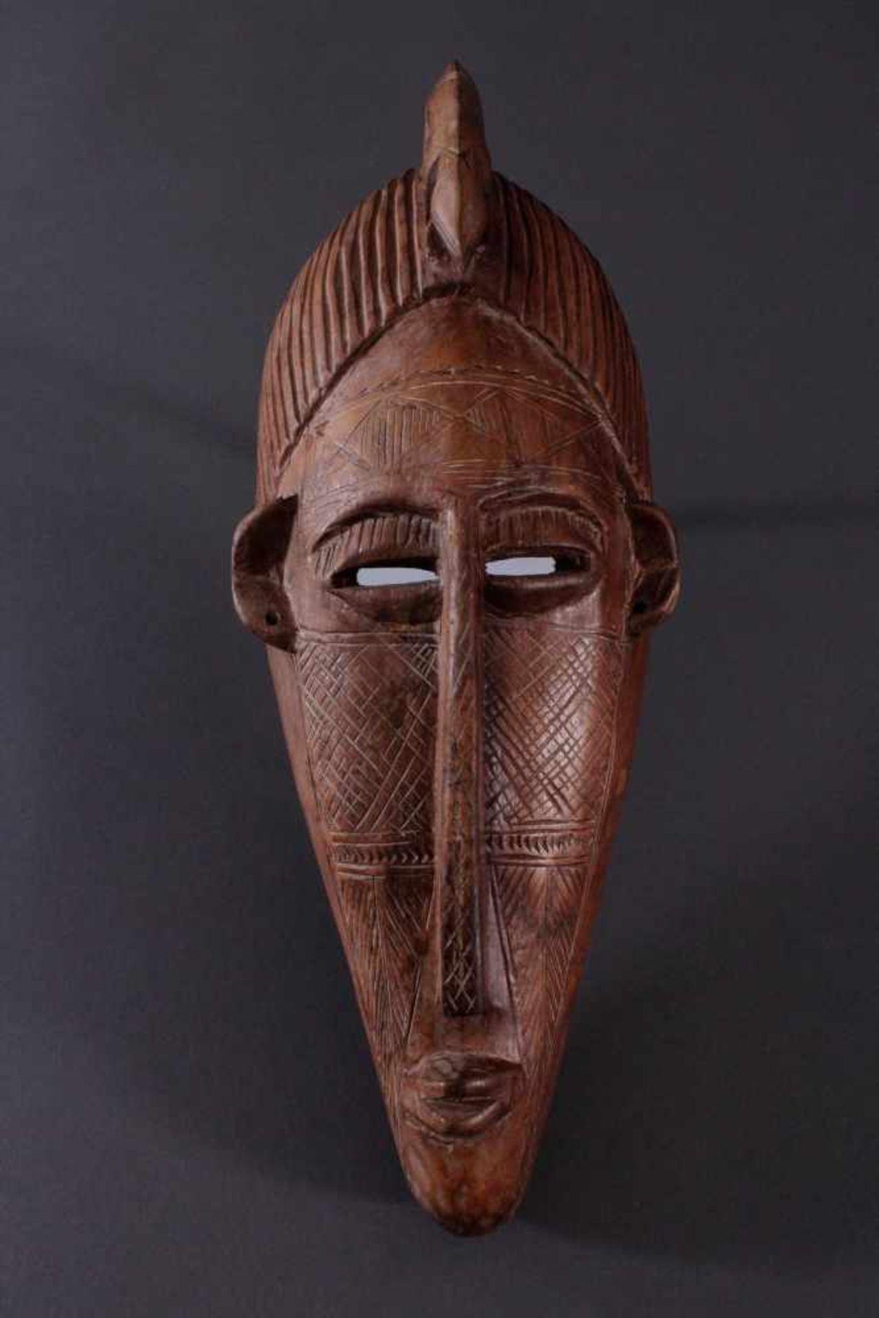 Antike Maske, Bambara, Mali 1. Hälfte 20. Jh.Holz geschnitzt, Musterritzungen, mit Chamäleon-