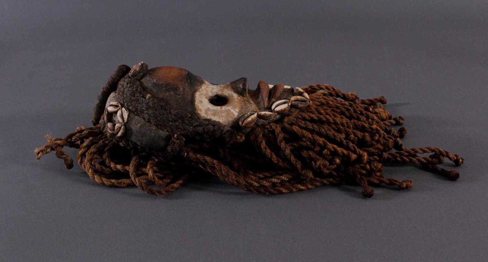 Antike Maske, Dan, Liberia 1. Hälfte 20. Jh.Holz geschnitzt, bemalt, geflochtene Frisur und Bart mit - Bild 3 aus 4
