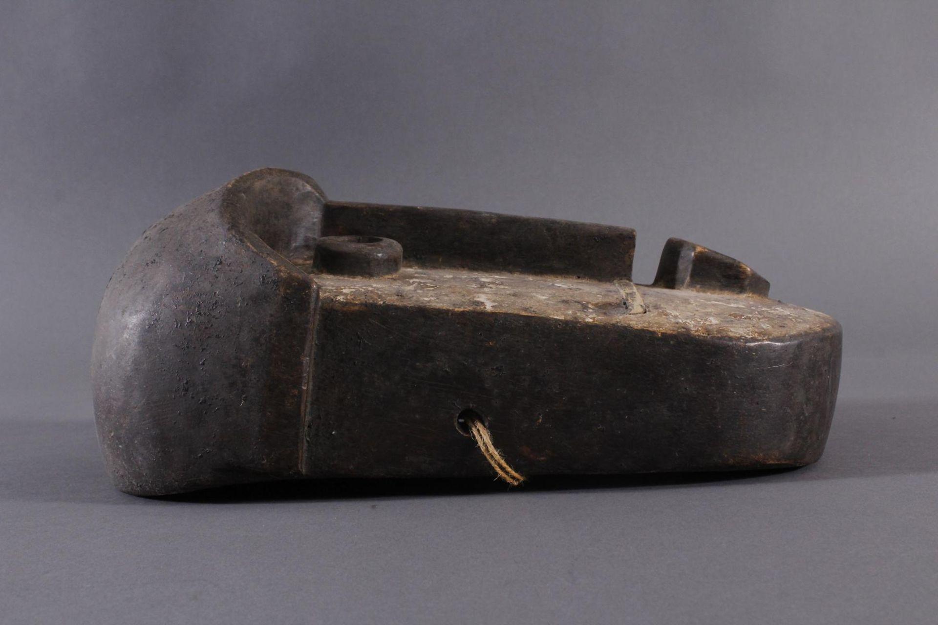 Antike Maske, Bembe, Kongo 1. Hälfte 20. Jh.Holz geschnitzt, runde Augen, dunkelbraune Patina, Reste - Bild 3 aus 6