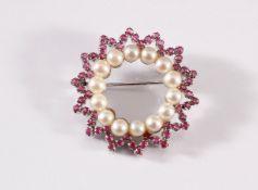 Brosche mit Rubinen und Perlen, 18 kt Weißgold