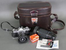 Canon AE-1 Kamera mit Tokina 28 mm Objektiv, Kameratasche und Zubehör