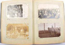POSTKARTENALBUM mit 200 AK, Foto- u. Lichtdruck-AK, 1903-1956, meist Portraits u. Gruppen, Männer,