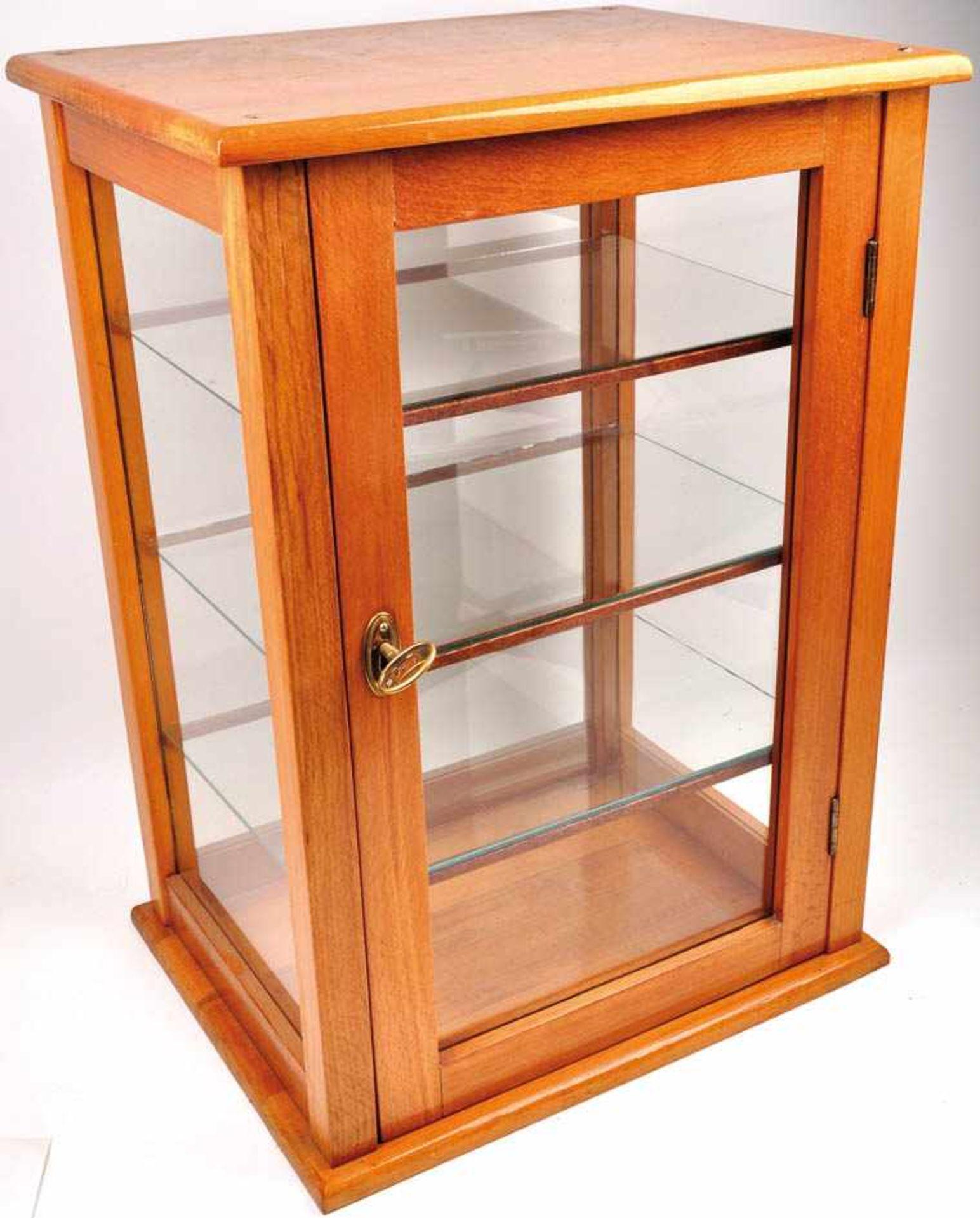 Los 45 - VITRINE, helles Holz, lackiert, Seiten u. abschliessbare Tür m. Glasscheiben, 3 Glas-Einlegeböden,