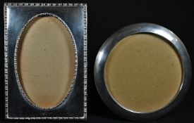 An Edwardian silver rectangular easel photograph frame, bead-and-reel borders, oval aperture, 9cm