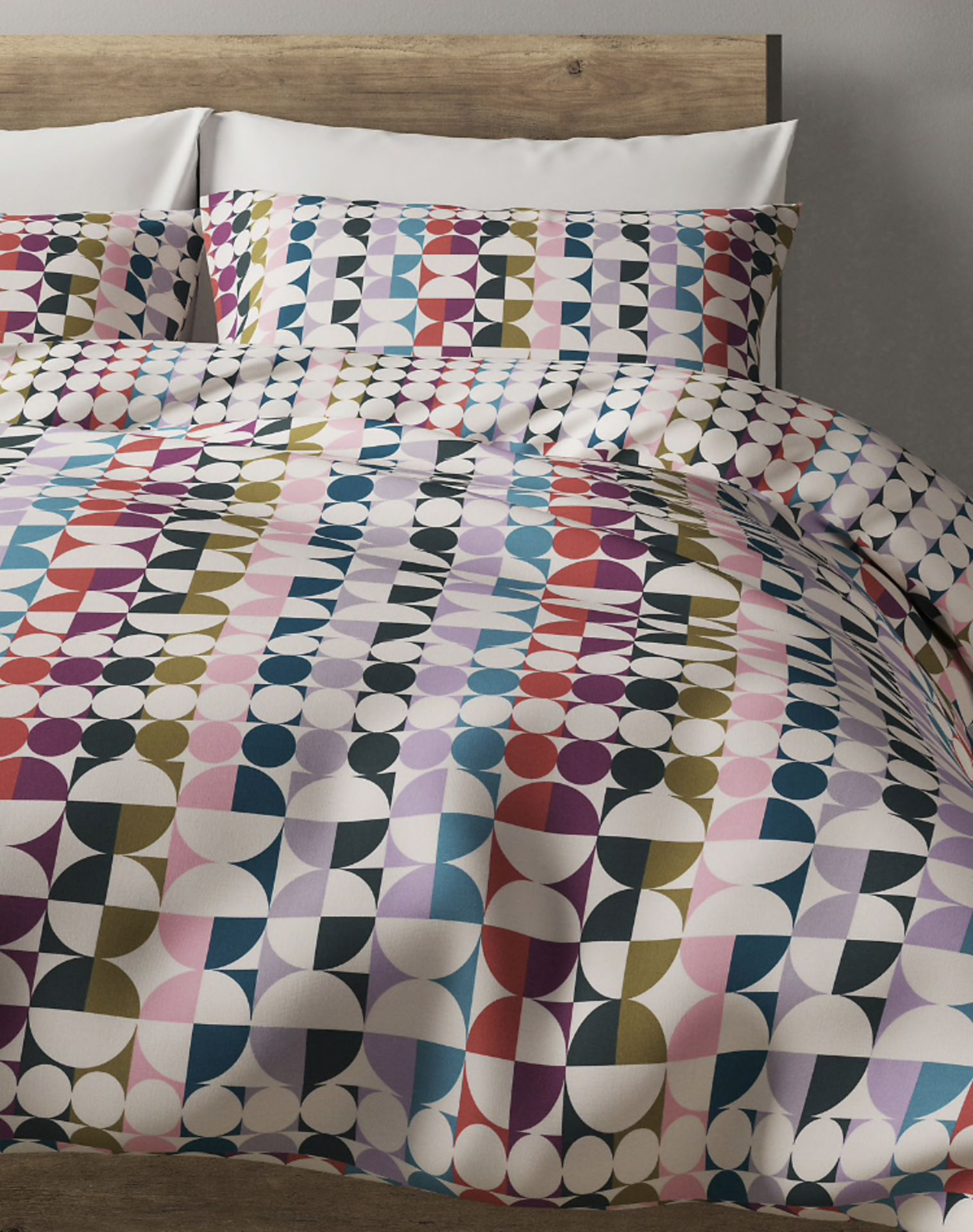 Lot 58 - Cotton Rich Percale Spot Printed Bedset, Super King