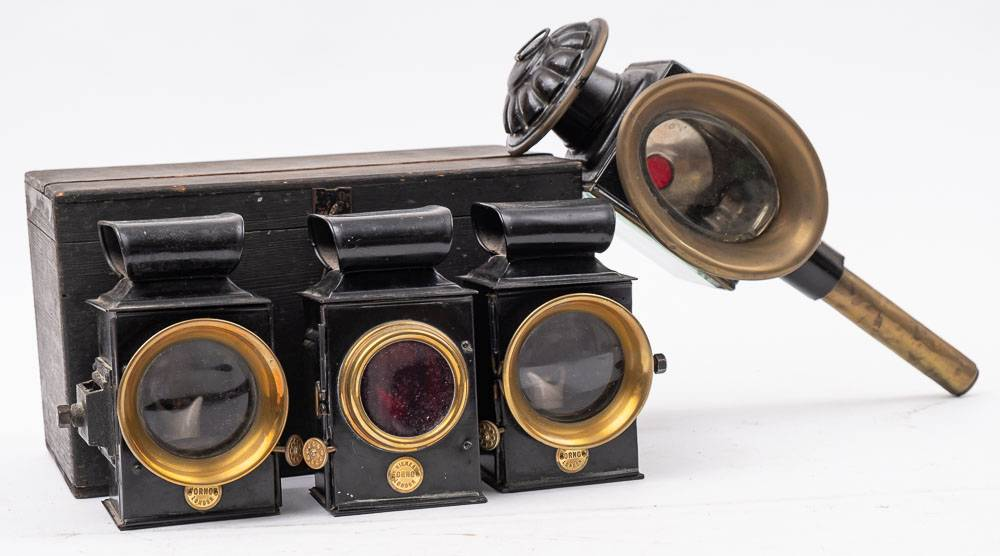 Lot 474 - A set of three 'Orno' tinplate carriage lamps by Riches,